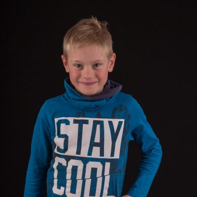studio foto van blonde jongen met blauw shirt door mayrafotografie