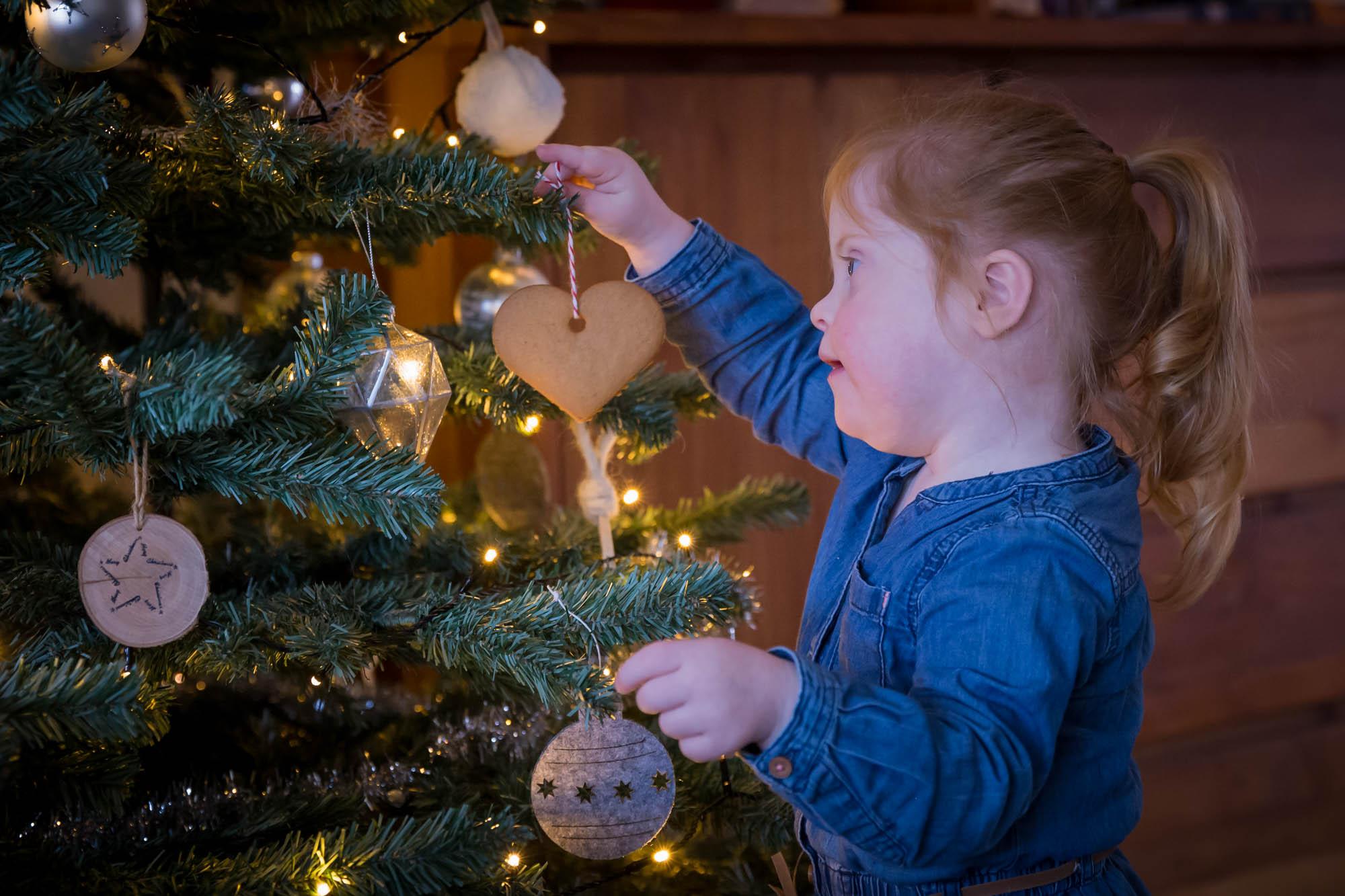 kind portret van meisje met down bij kerstboom door mayrafotografie