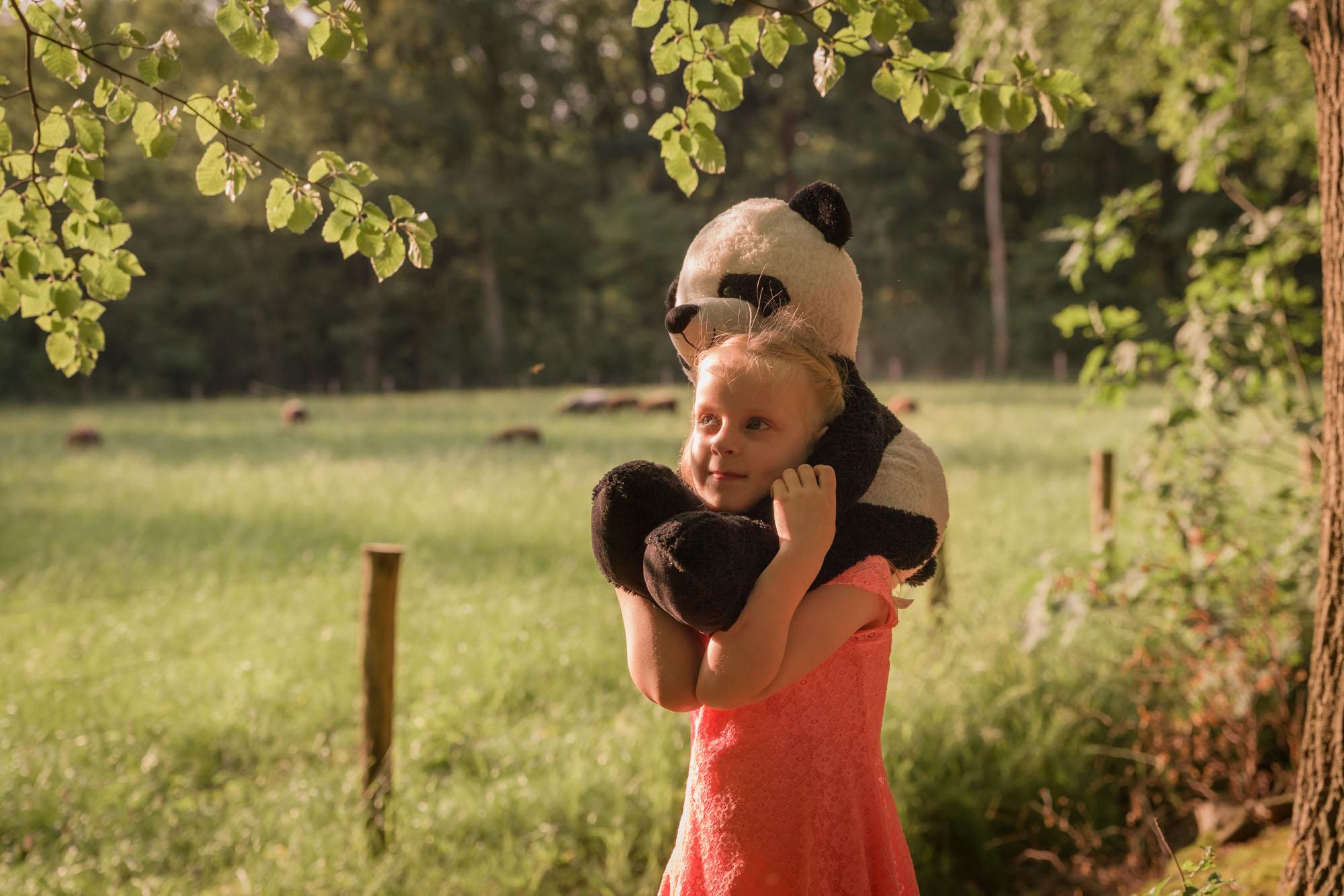 kind portret van meisje met pandabeer in het bos door mayrafotografie