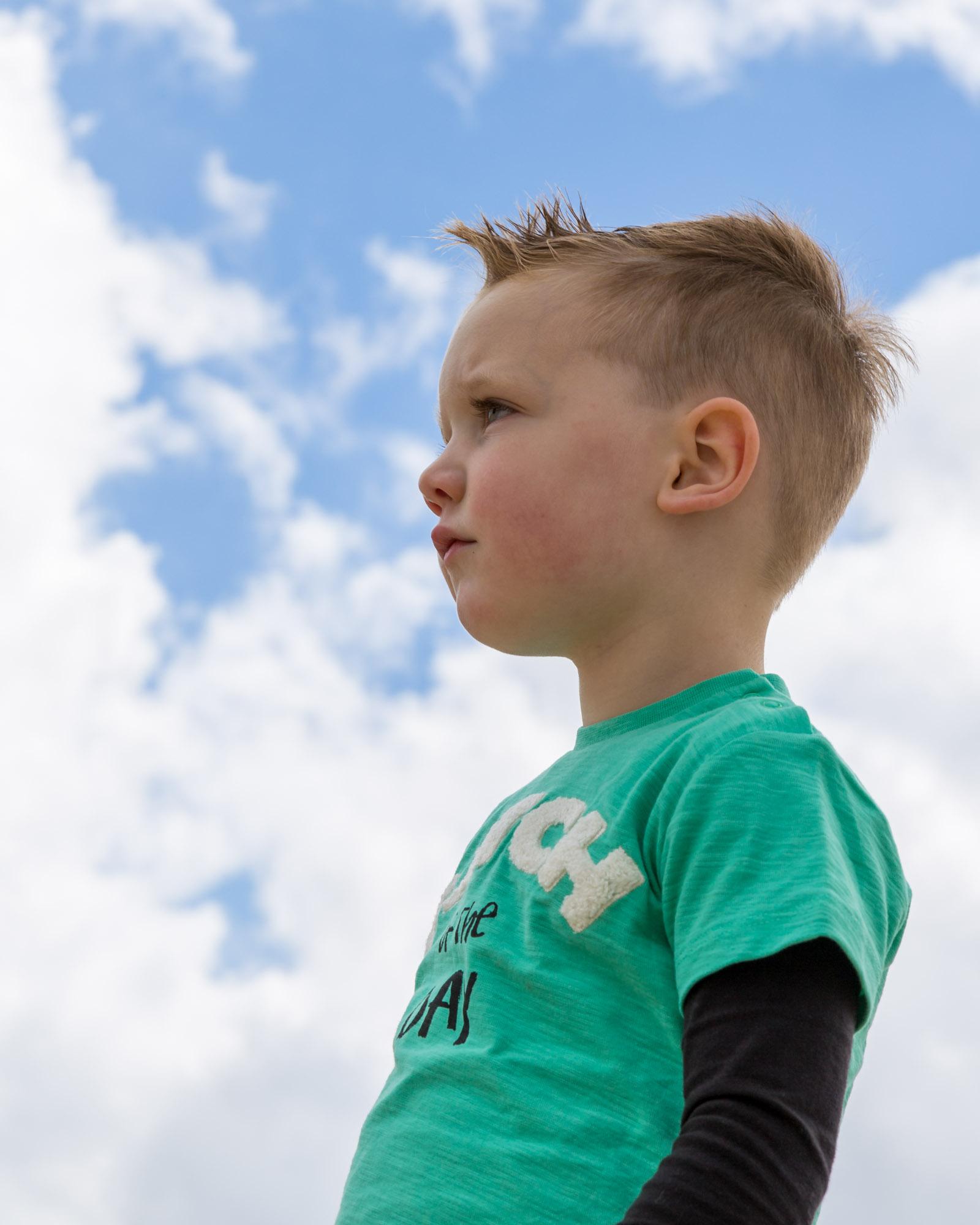 kind portret van jongen met hoofd in de wolken door mayrafotografie