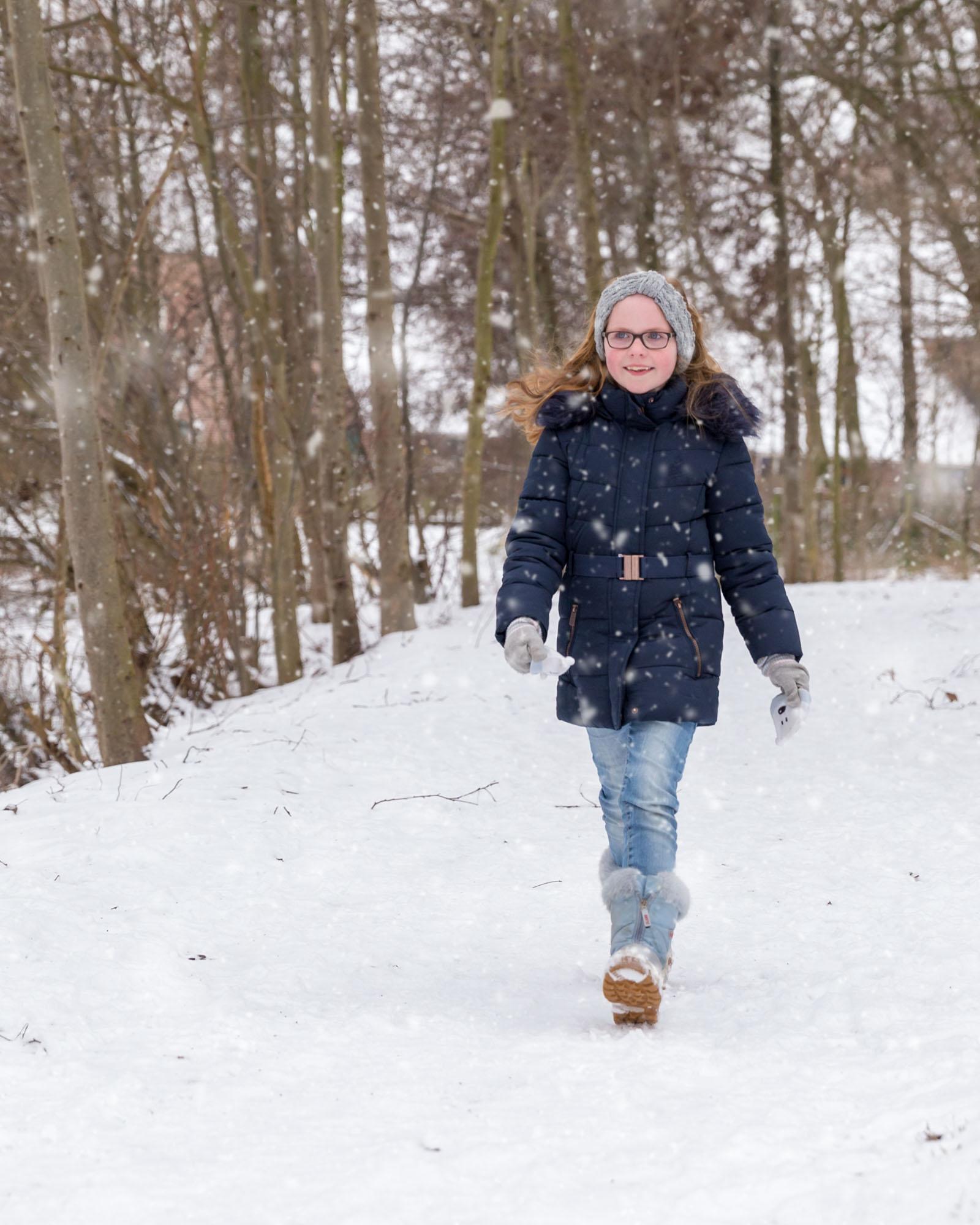 Meisje met rood haar lopend in de sneeuw door MayraFotografie