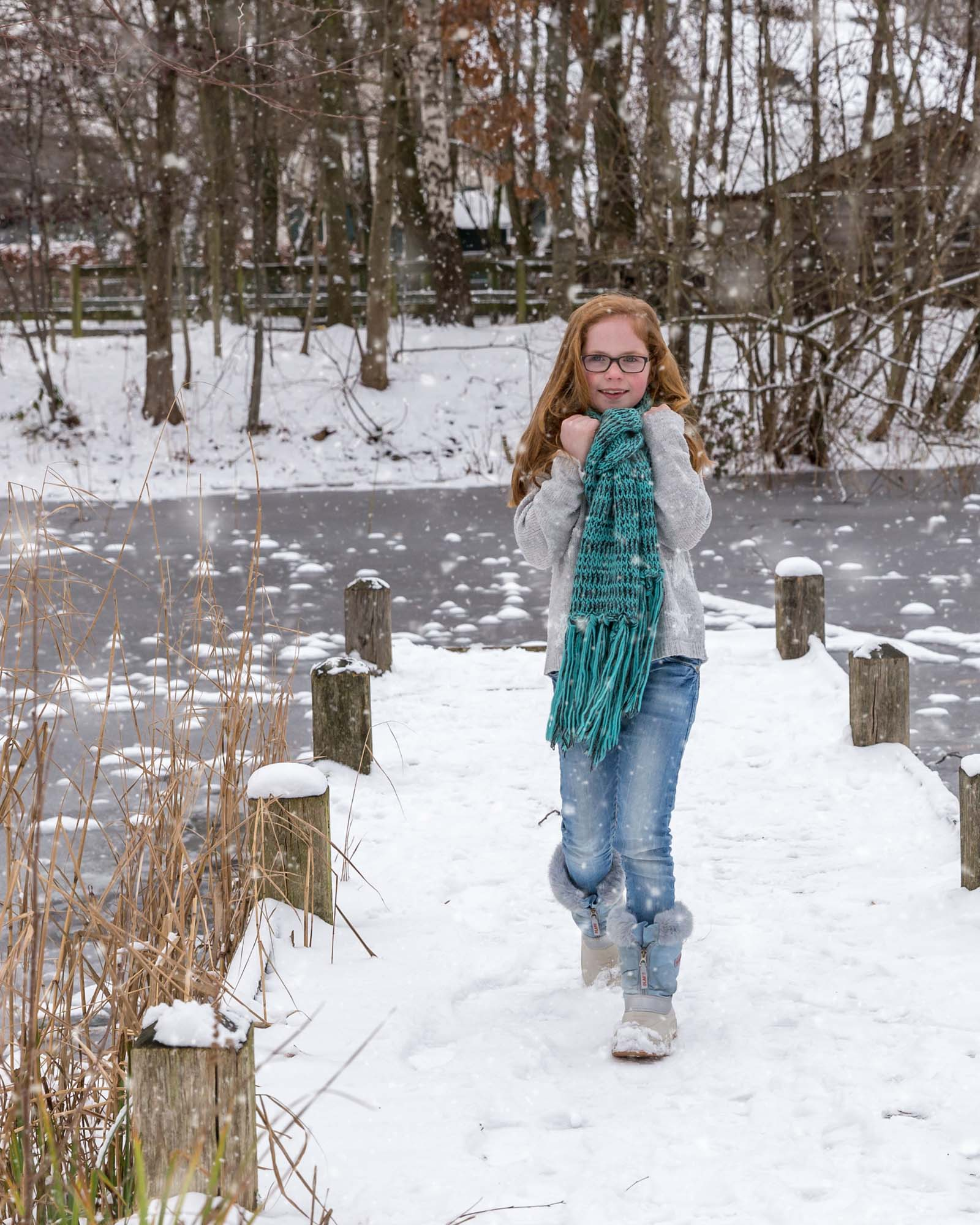 Meisje met rood haar en wollen sjaal in de sneeuw door MayraFotografie