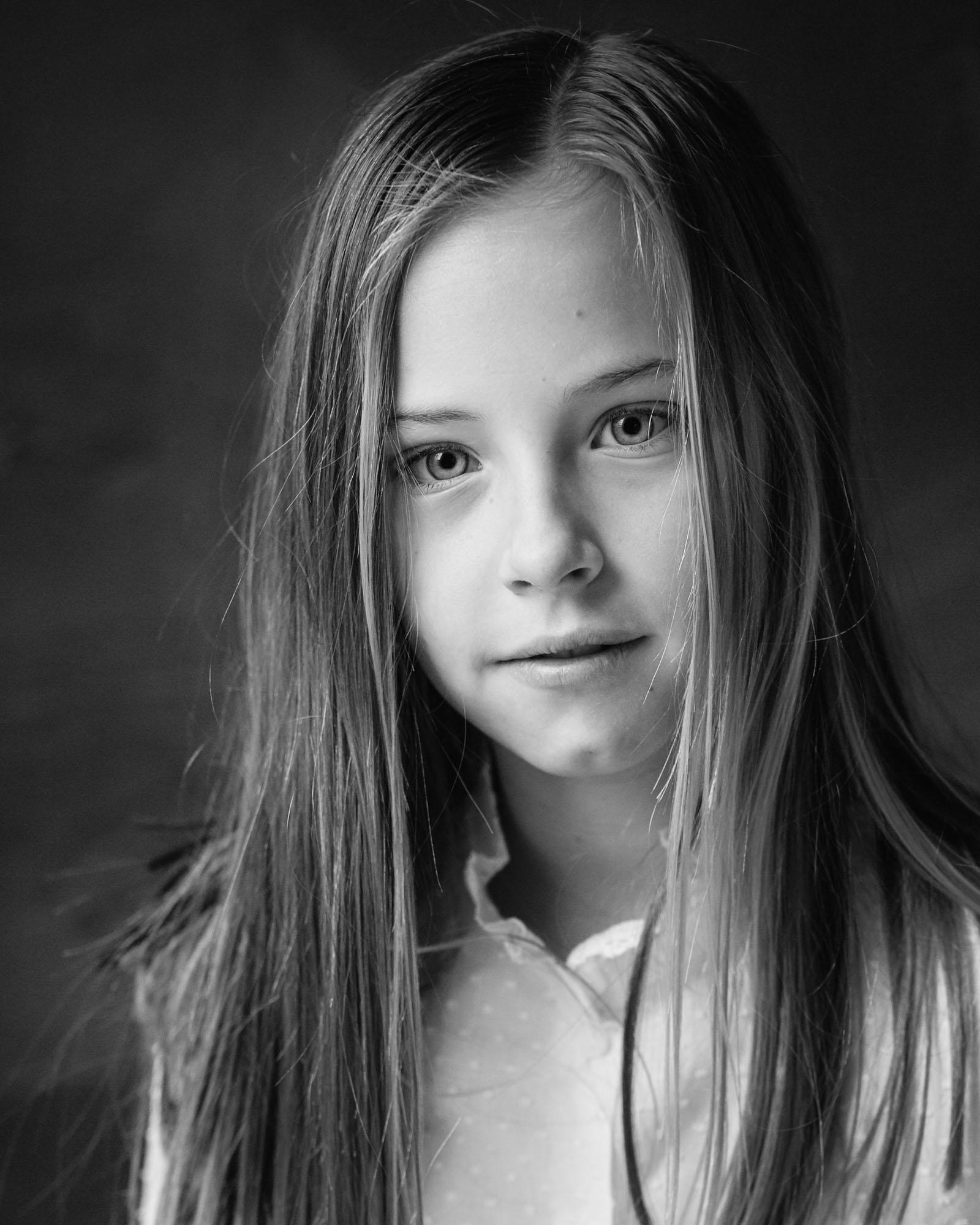 zwart-wit portret van meisje met wit bloesje in daglicht fotostudio door MayraFotografie