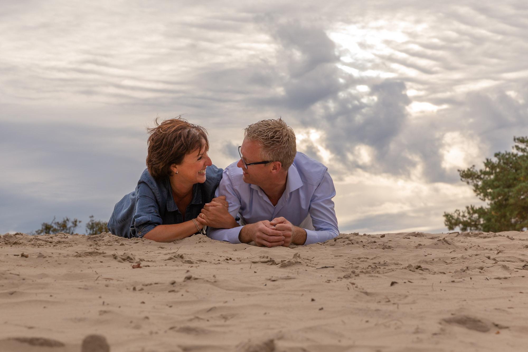 Loveshoot fotograaf in Amersfoort, Nijkerk, Hoevelaken en omgeving. Koppel fotoshoot door Mayra Fotografie. Fotoshoot Soesterduinen