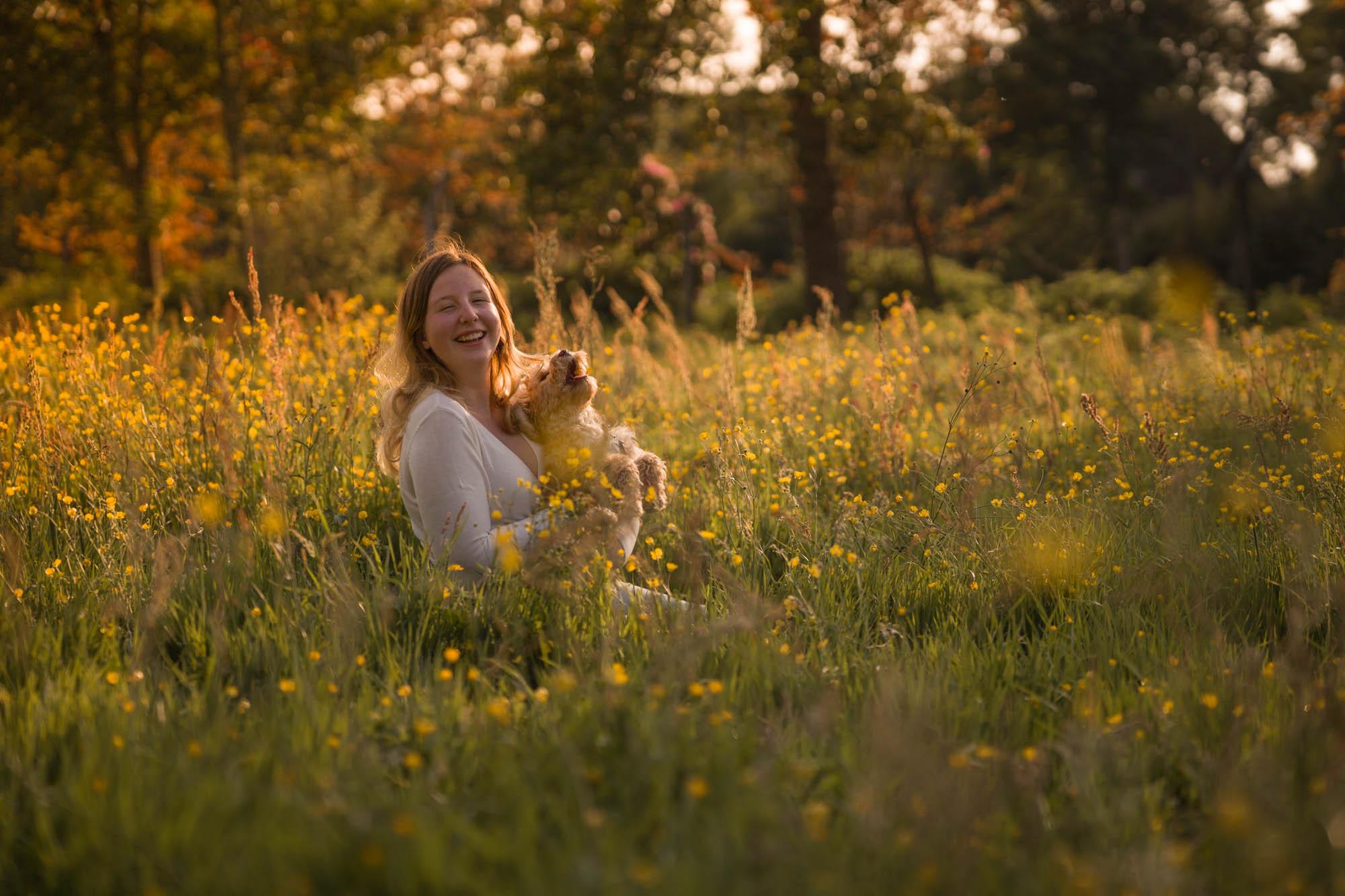 Tiener portretfotograaf in Amersfoort. Tienerportret door Mayra Fotografie. Zomers portret tussen gele boterbloemen.