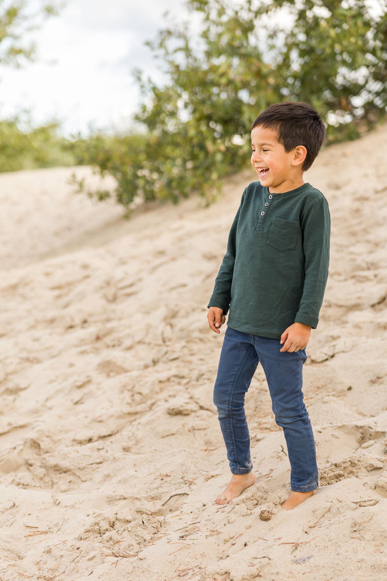 kinderportret van lachend jongetje bij zandverstuiving door MayraFotografie