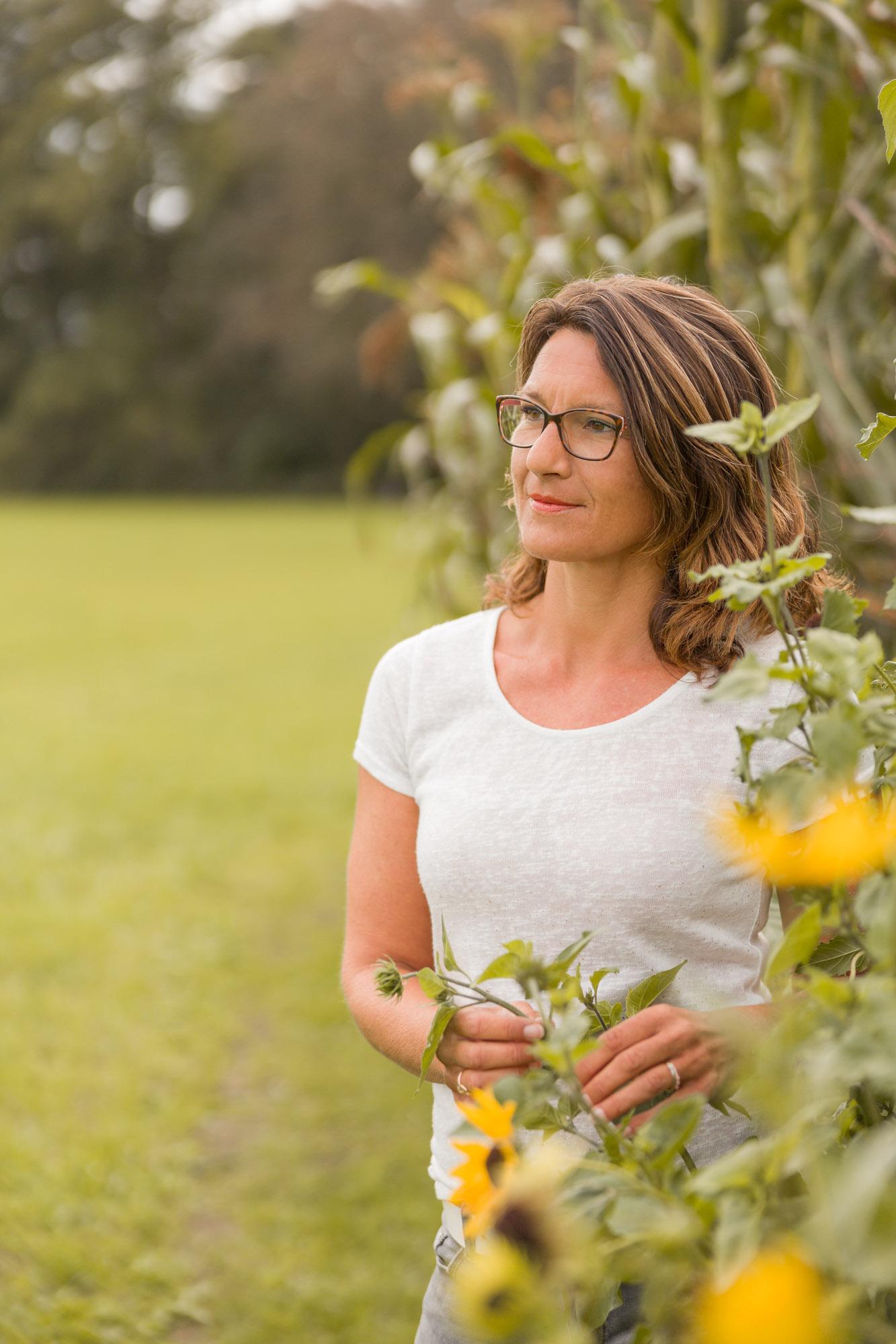 portret van vrouw met dromerige blik bij zonnebloemen door MayraFotografie