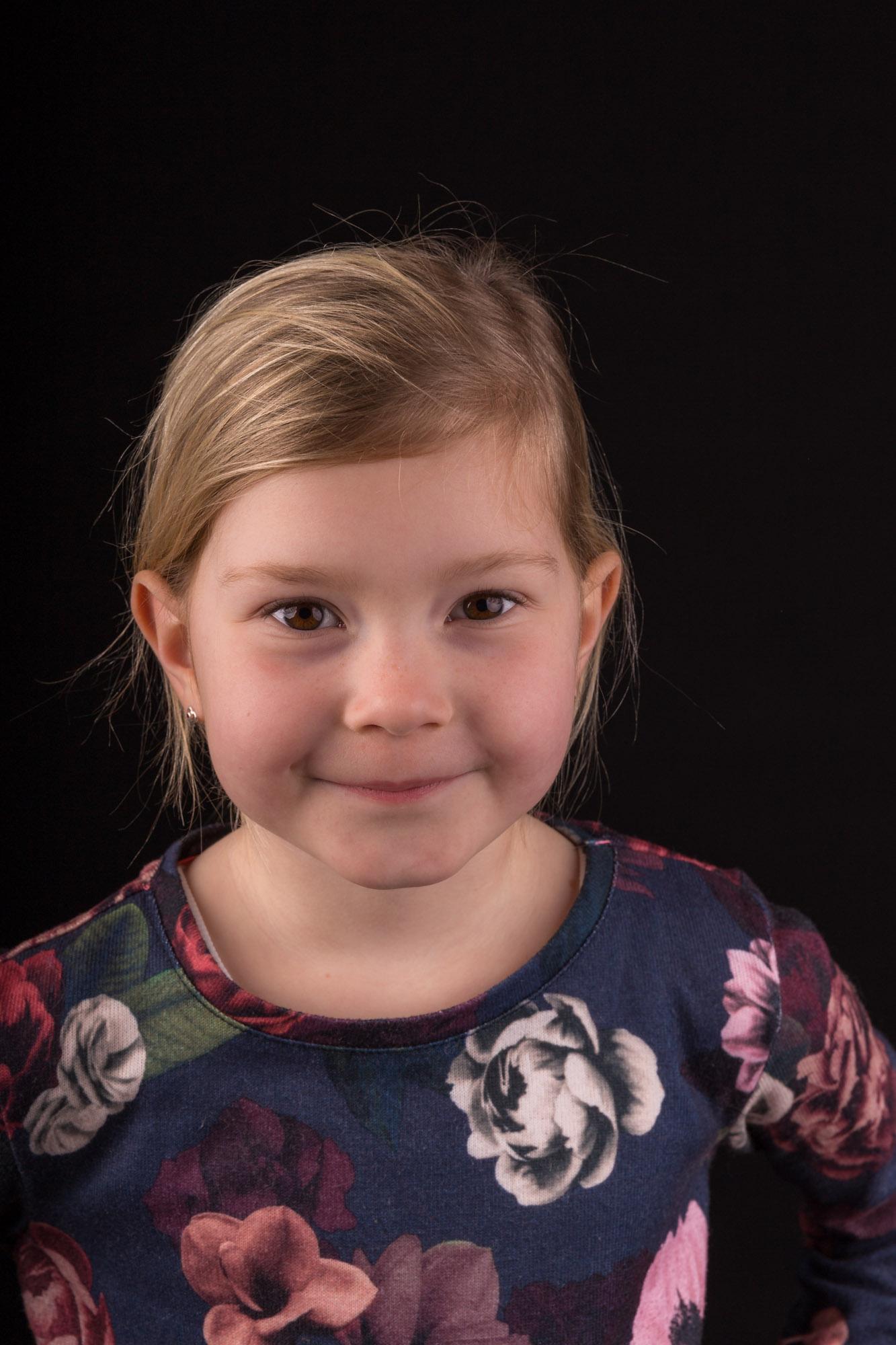 studio portretfoto van blond meisje met bloemen shirt door mayrafotografie