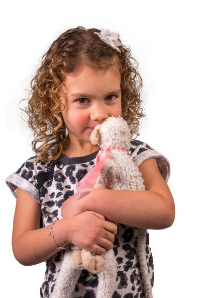 studio foto van meisje met krullen en knuffel door mayrafotografie