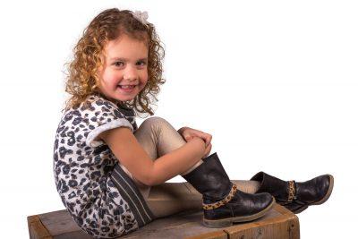 studio foto van meisje met krullen door mayrafotografie