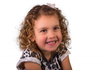 studio portetfoto van meisje met krullen door mayrafotografie
