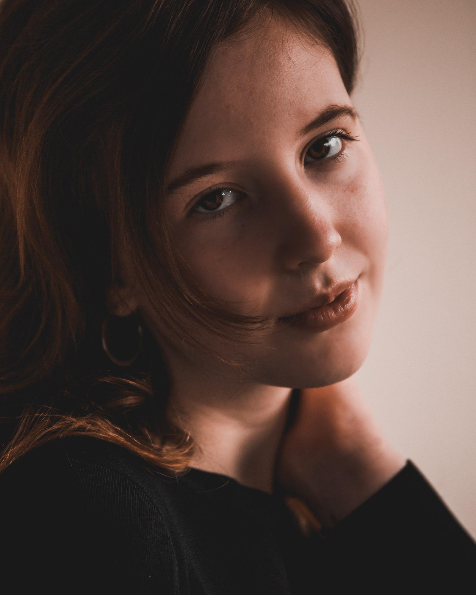 Tiener portretfotograaf in Amersfoort. Tienerportret door Mayra Fotografie. Natuurlijk licht portret.