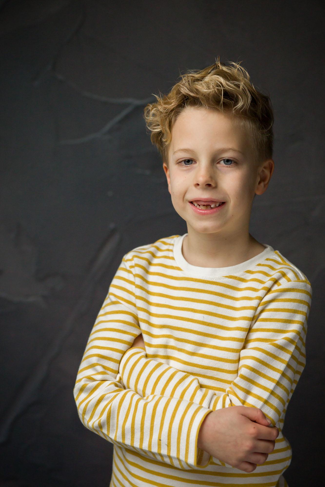 studio portret van blonde lachende jongen met natuurlijk licht door MayraFotografie