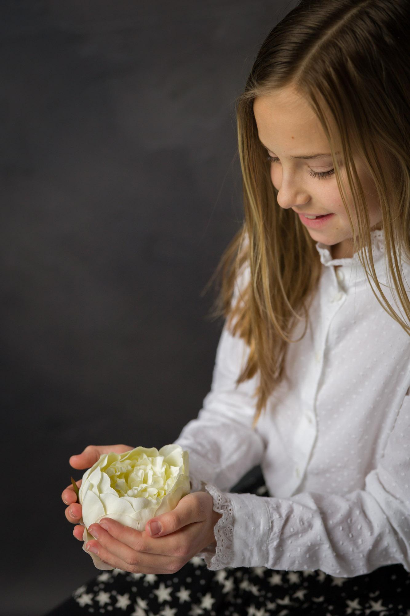 portret van jong meisje met bloem in studio met natuurlijk licht door MayraFotografie