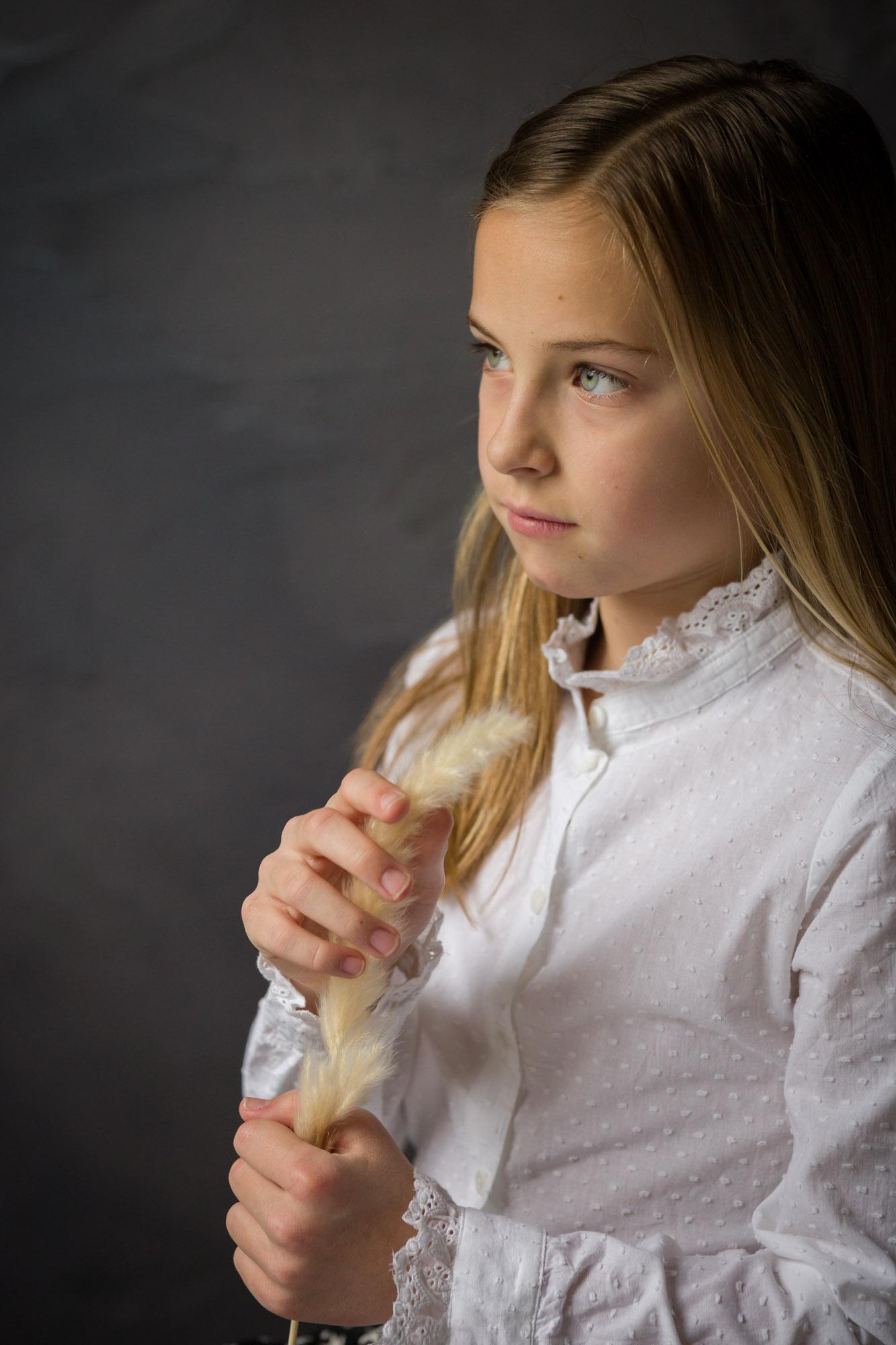 portret van jong meisje met siergras in studio met natuurlijk licht door MayraFotografie