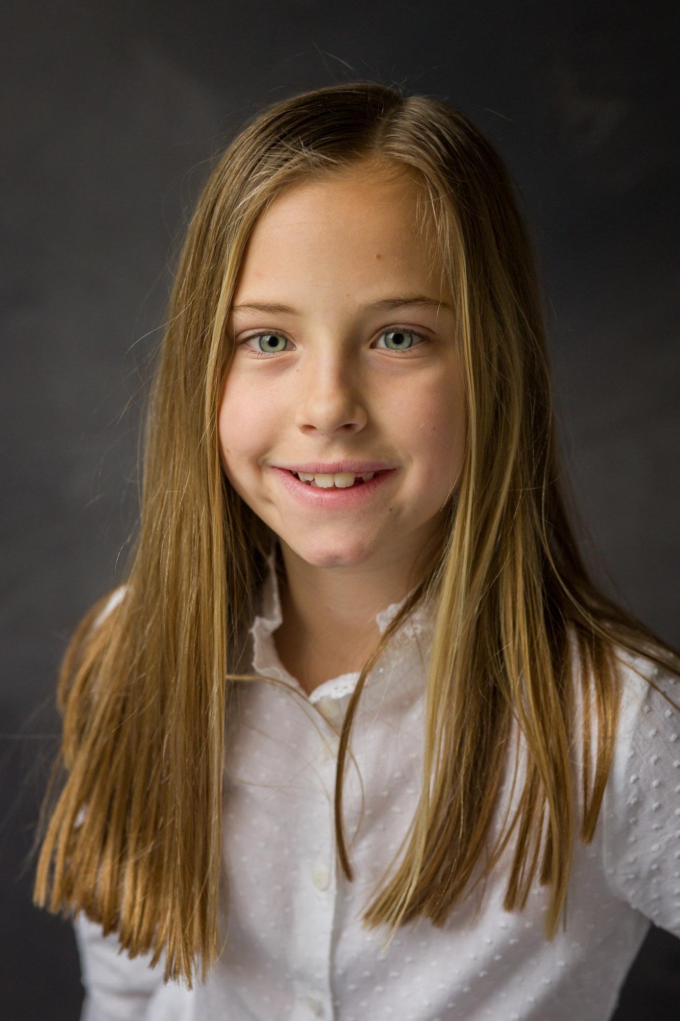 portret van stralend jong meisje in studio met natuurlijk licht door MayraFotografie