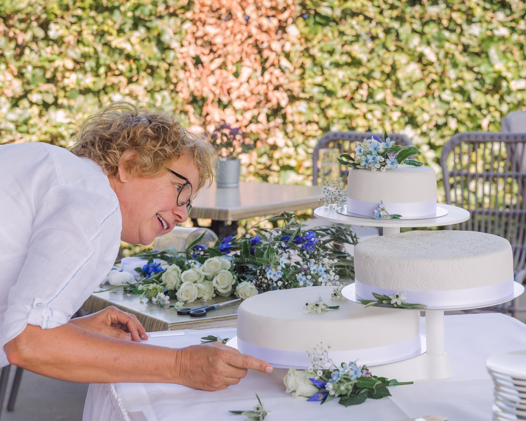 foto van vrouwelijke zzper bruidstaart aan het controleren voor personal branding door mayrafotografie