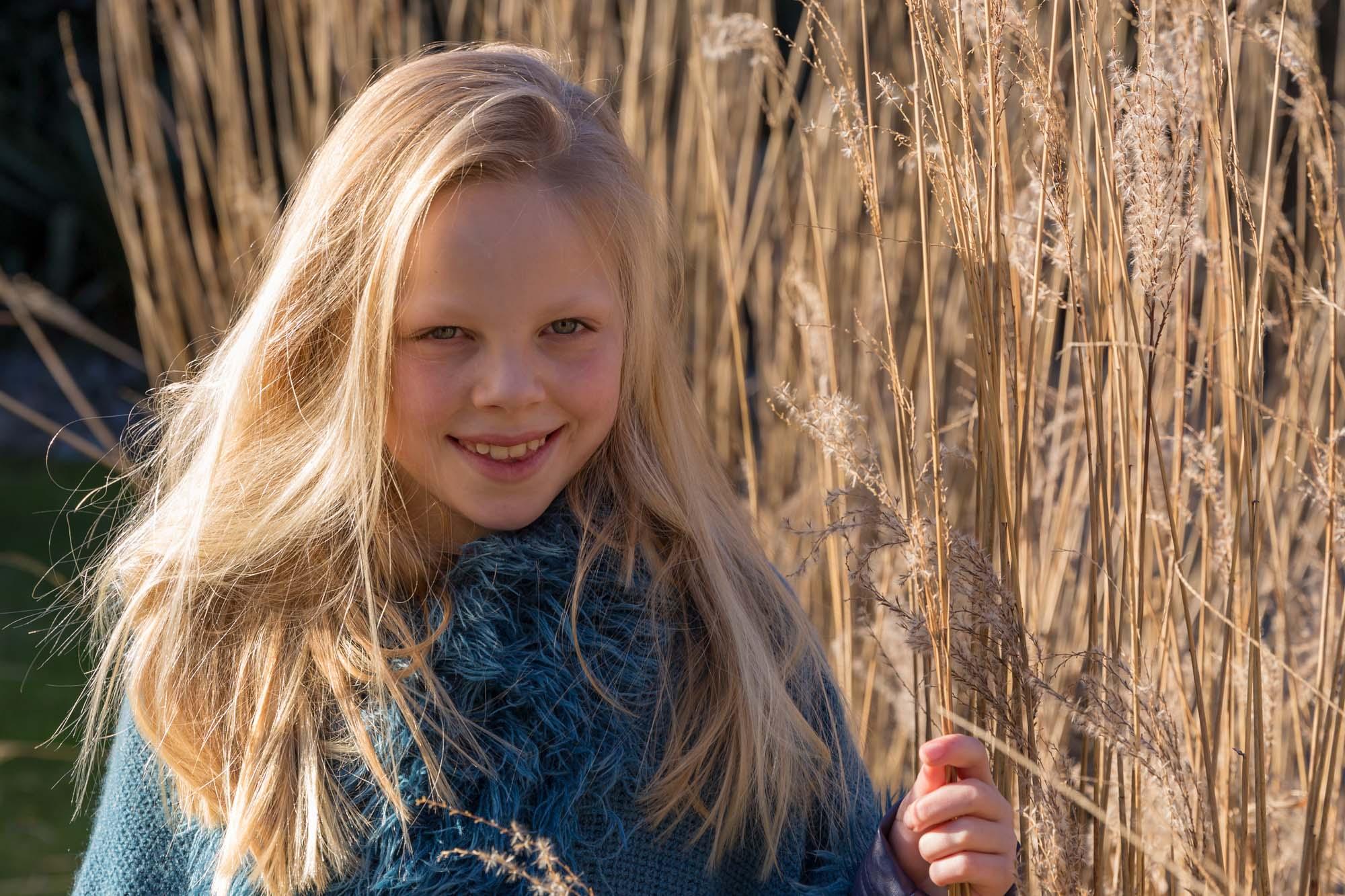 portret van jong blond meisje bij rietstengels door mayrafotografie