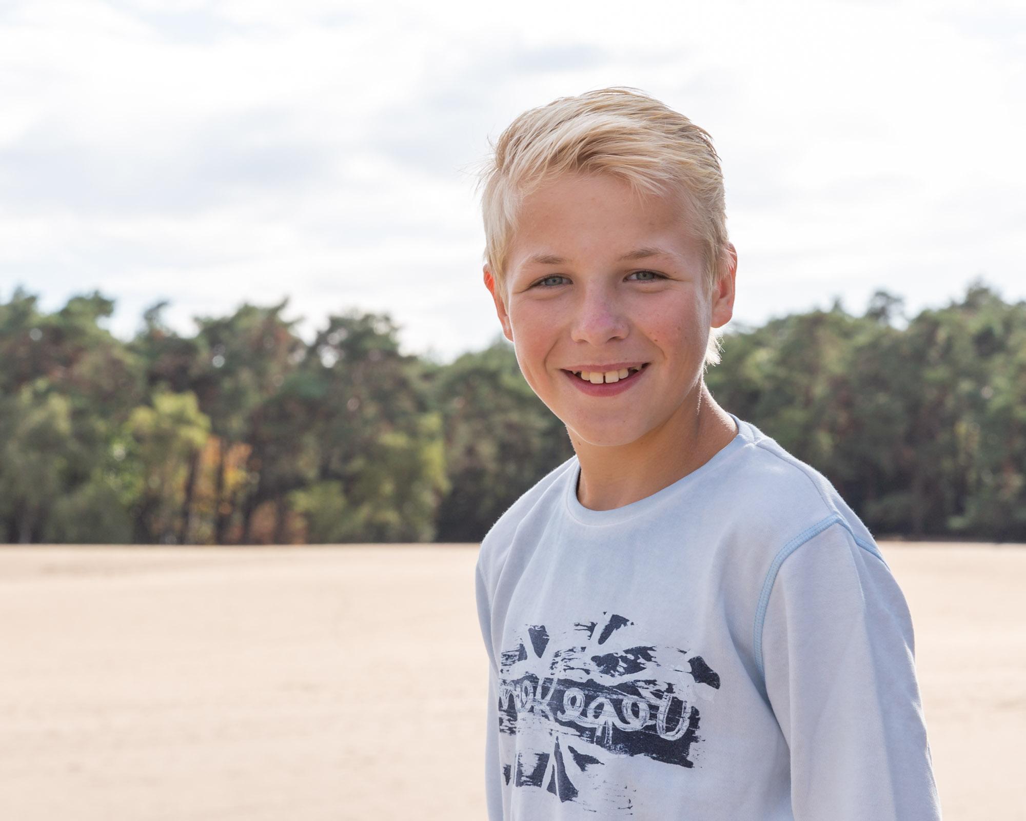 kind portret van blonde jongen bij zandverstuiving door mayrafotografie