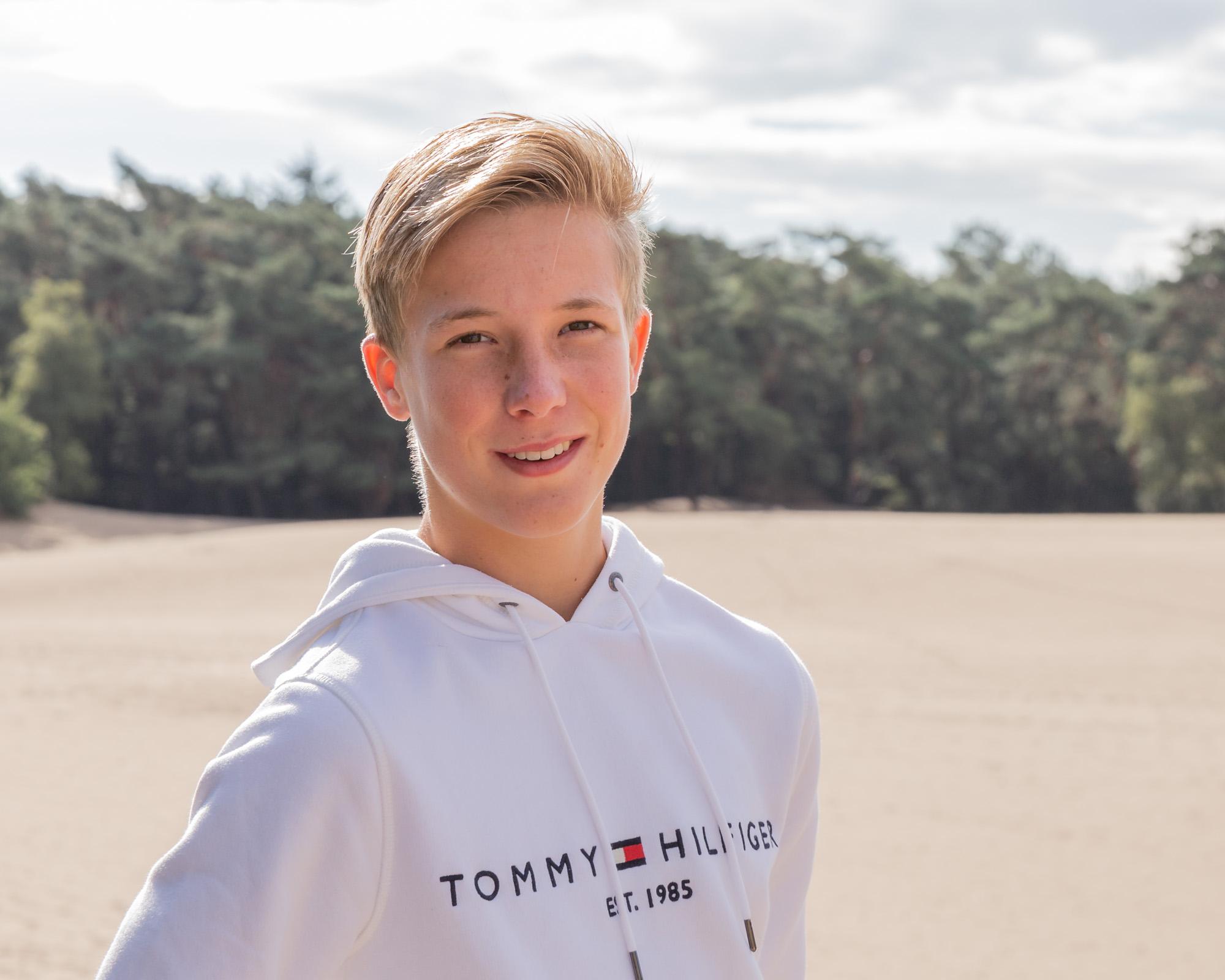 portret van blonde jongen bij zandverstuiving door mayrafotografie