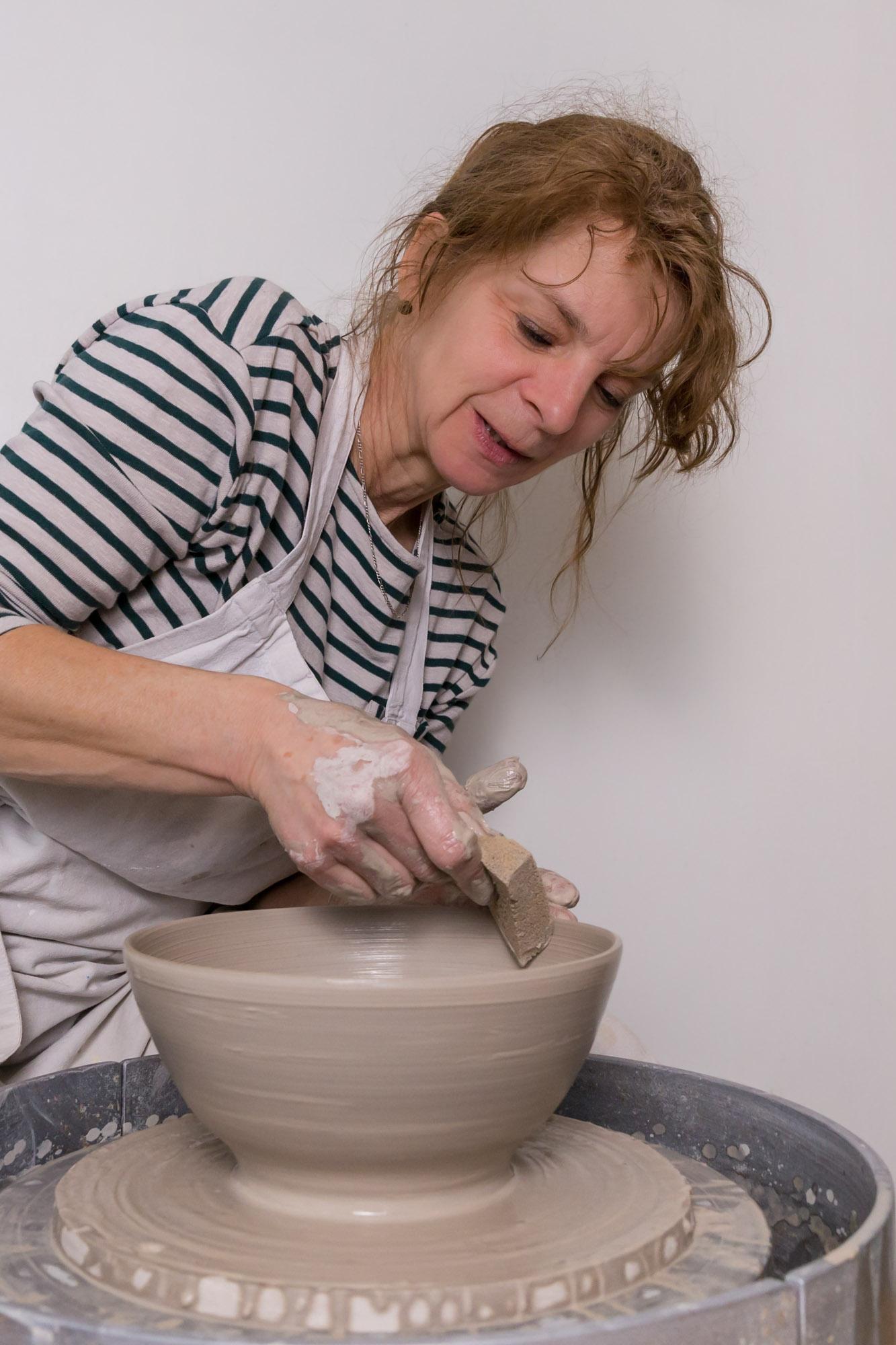 portret van vrouw en ceramiste / pottenbakster door mayrafotografie