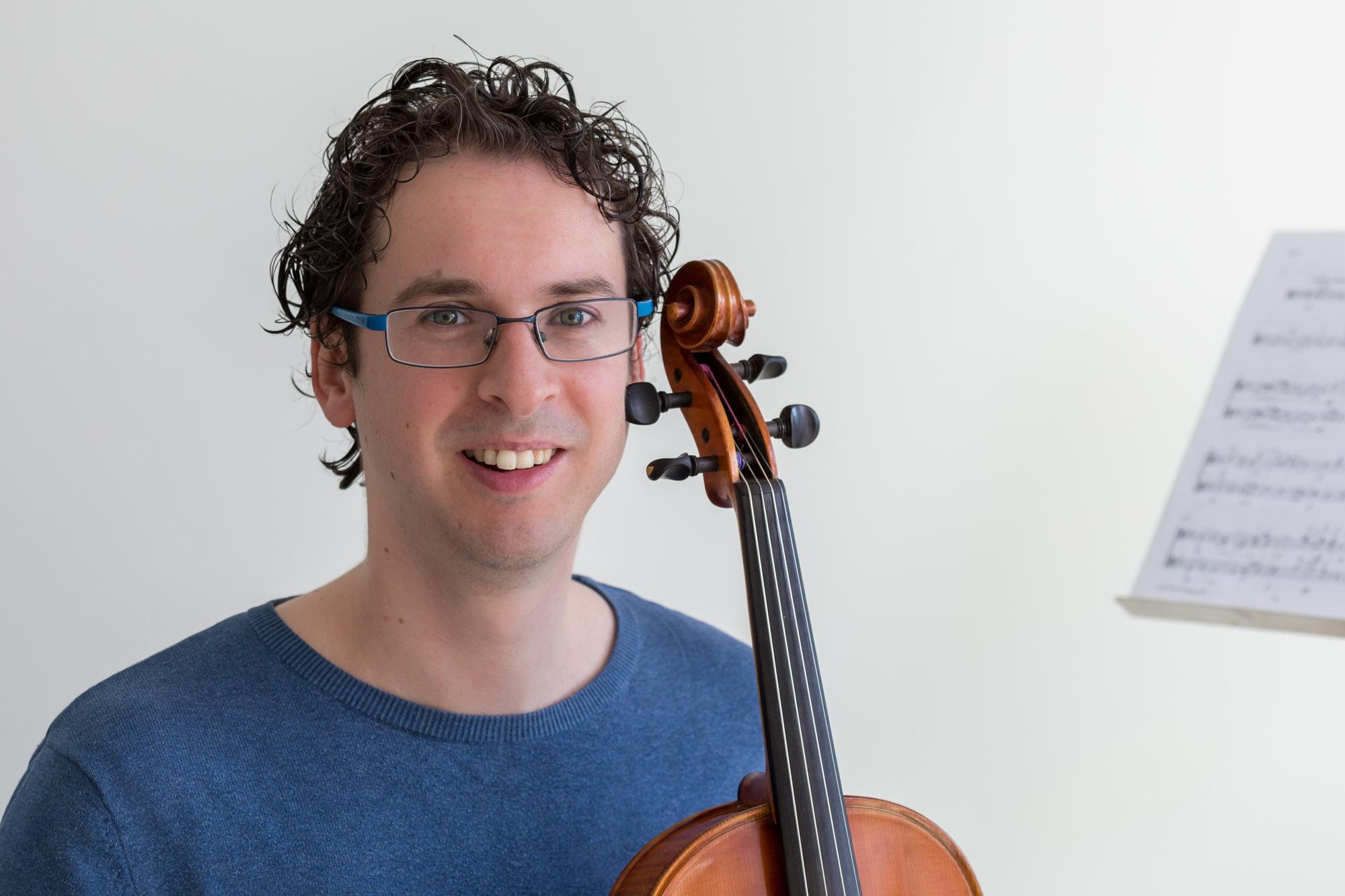 portret van man met viool door mayrafotografie