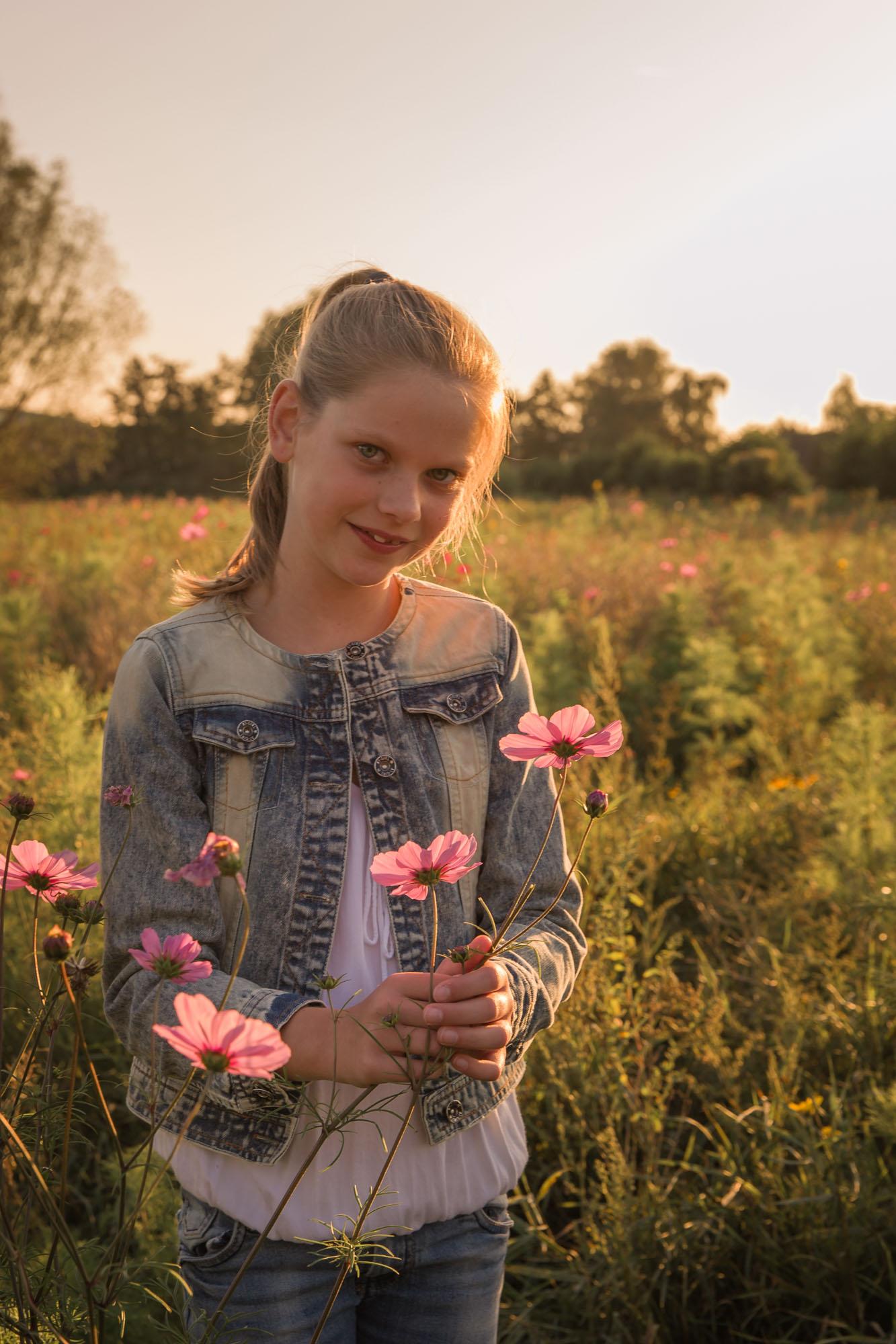 portret van meisje met bermbloemen in goud zonlicht door mayrafotografie