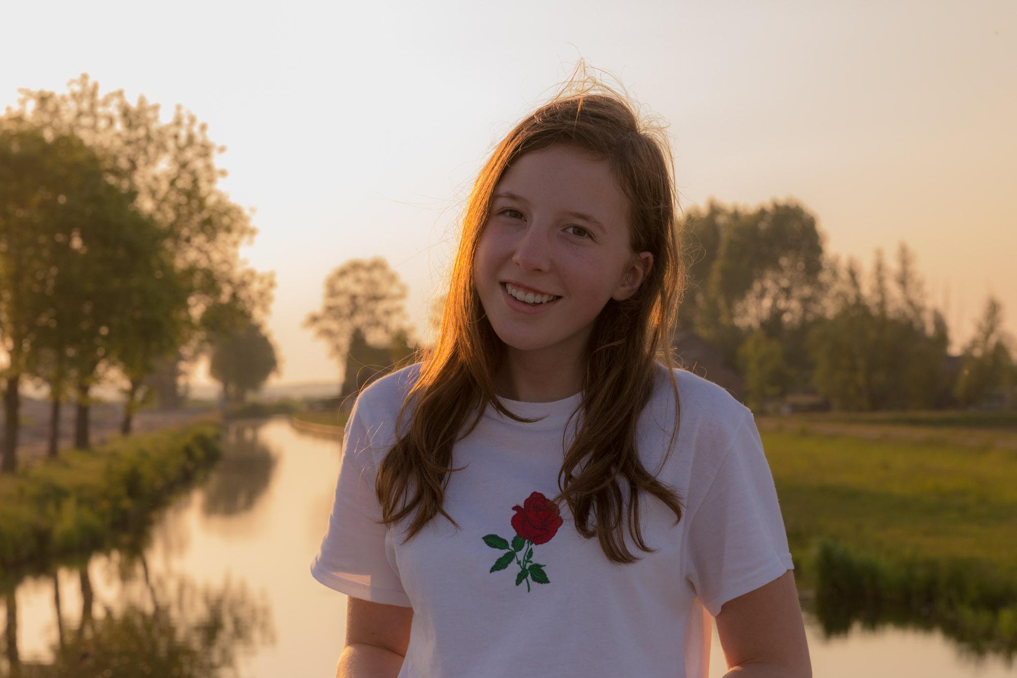 portret van meisje met lang haar in goud zonlicht in landelijke omgeving door mayrafotografie