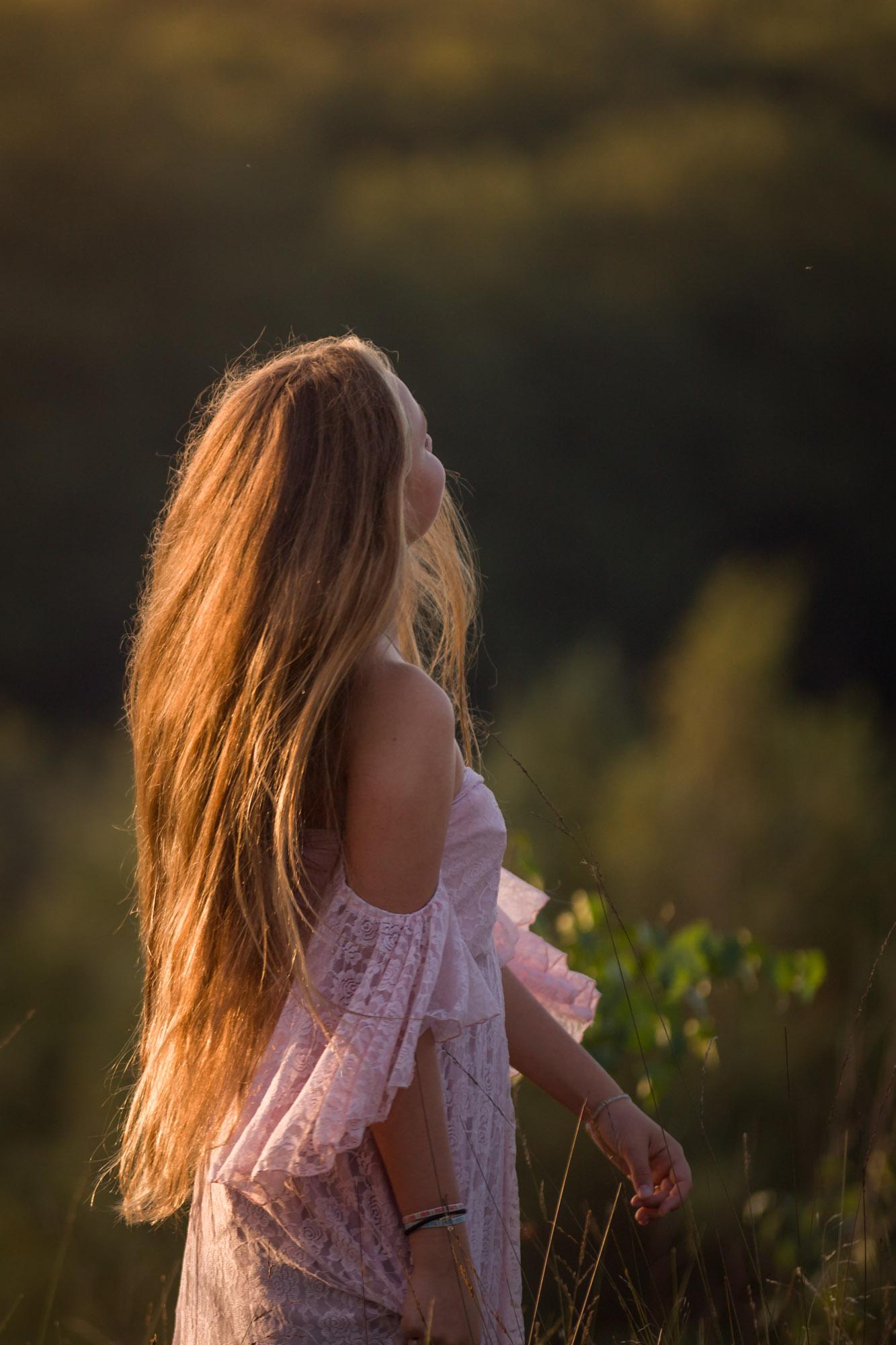 portret van jonge vrouw met lang haar in goud zonlicht door mayrafotografie