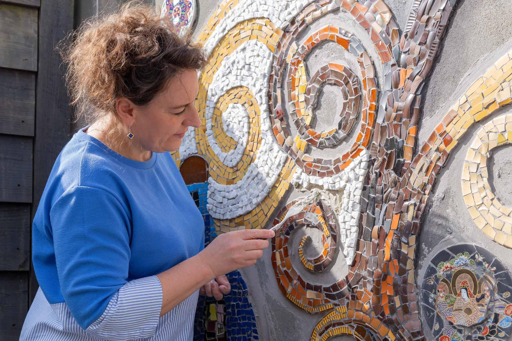 portret van vrouw en mozaïek kunstenares door mayrafotografie