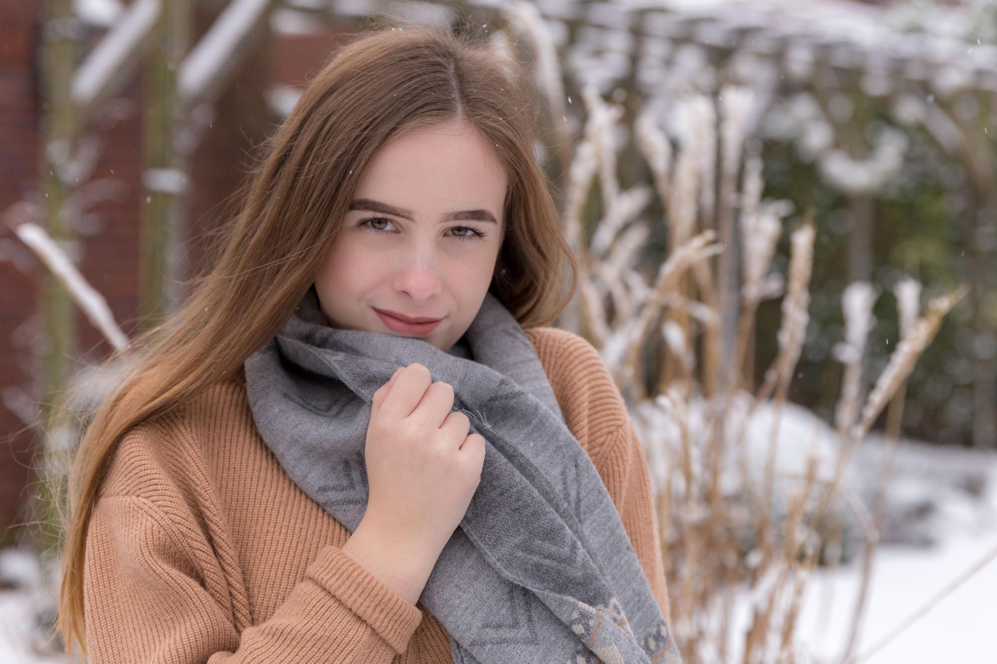 winter portret van tiener meisje met lang haar in de winter door mayrafotografie