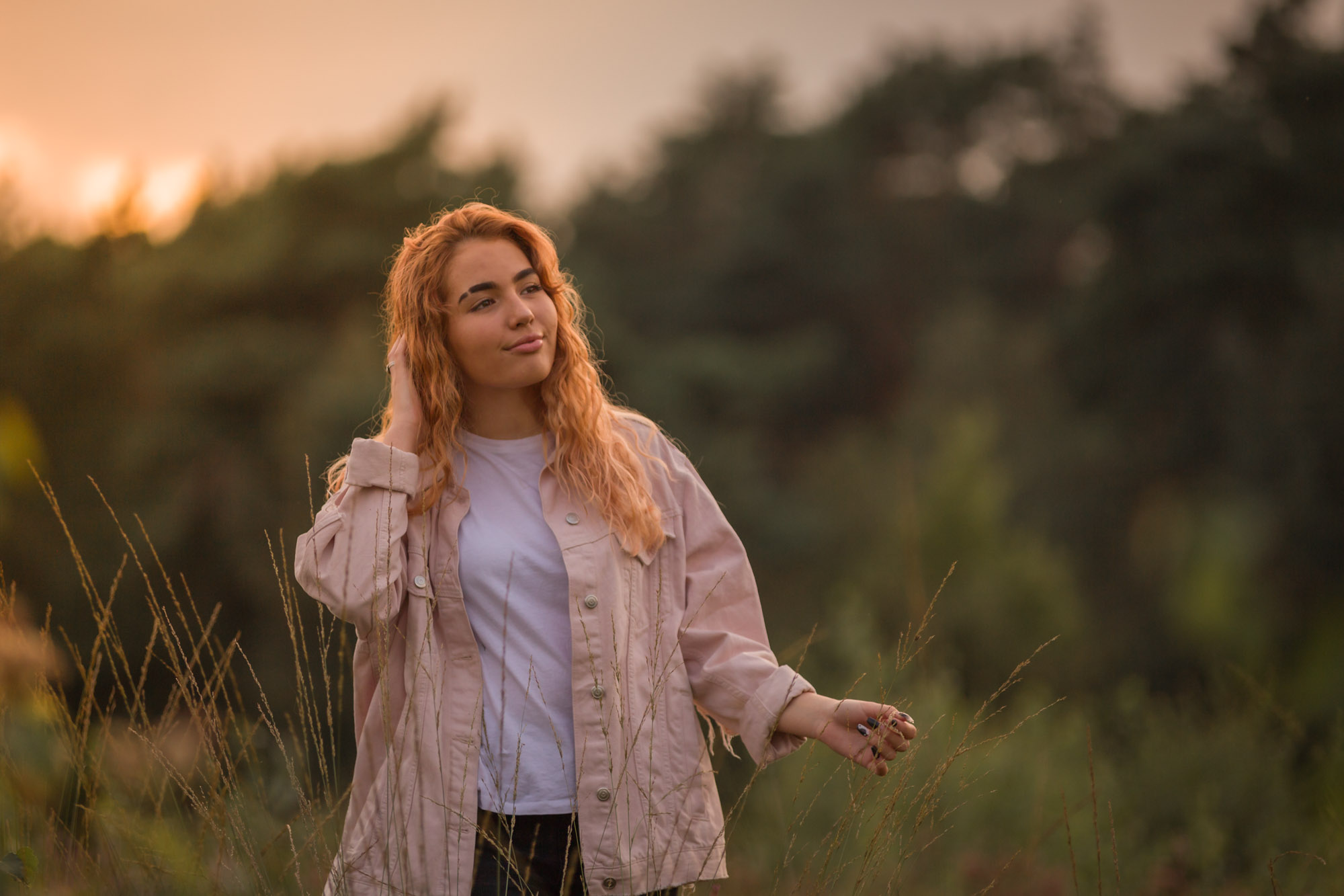 portret van meisje met rood haar in golden hour door mayrafotografie
