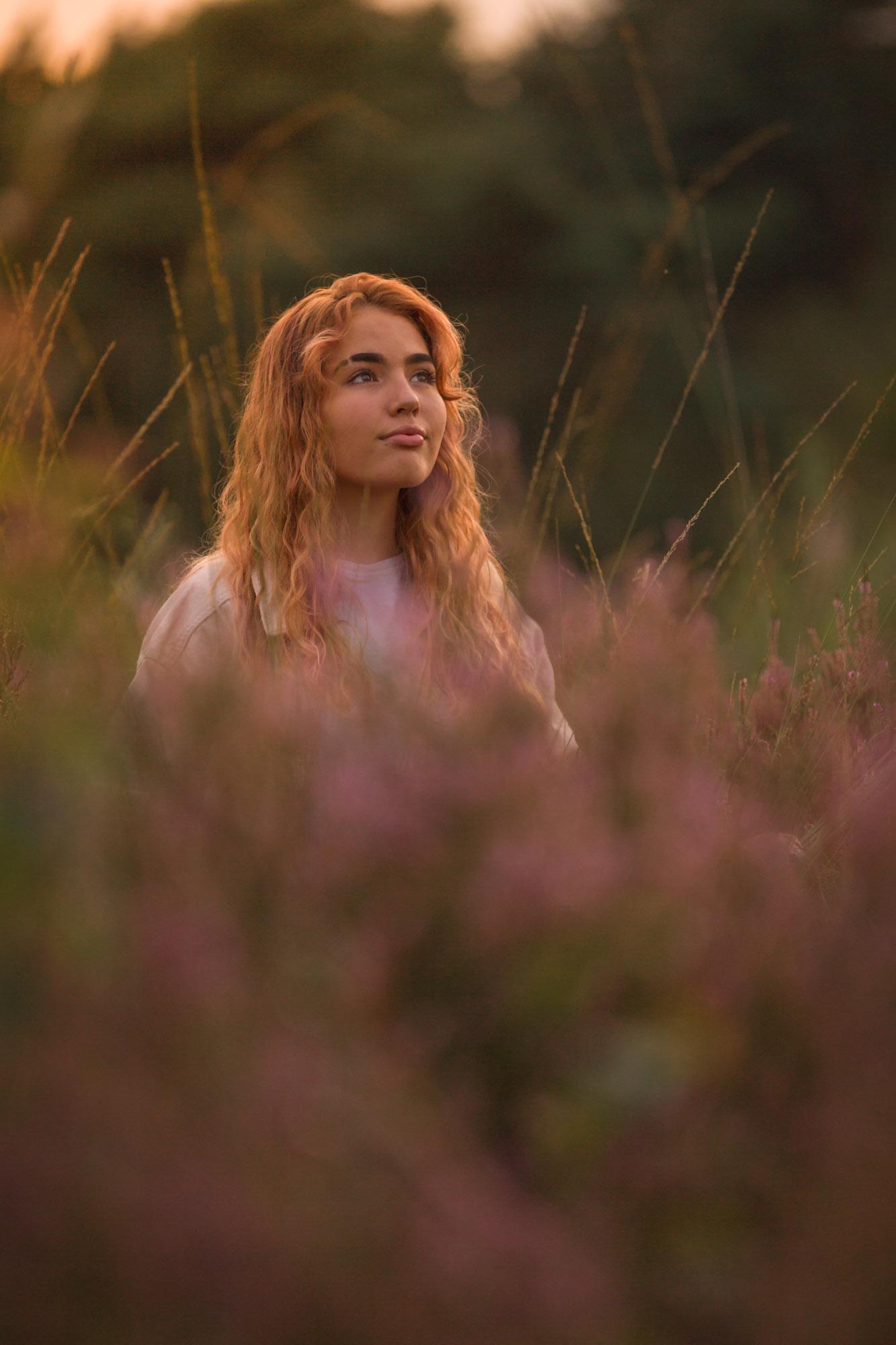 portret van meisje tussen de bloeiende heide in golden hour door mayrafotografie