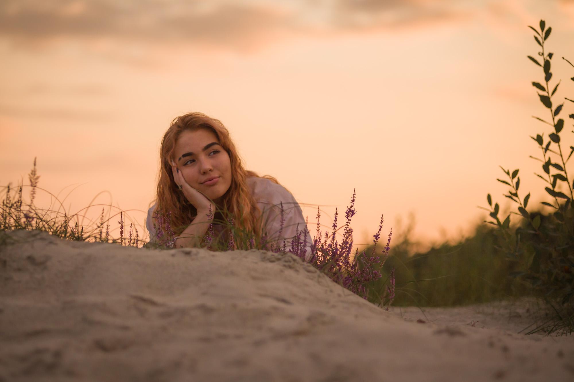 portret van liggend meisje in golden hour bij de soesterduinen door mayrafotografie