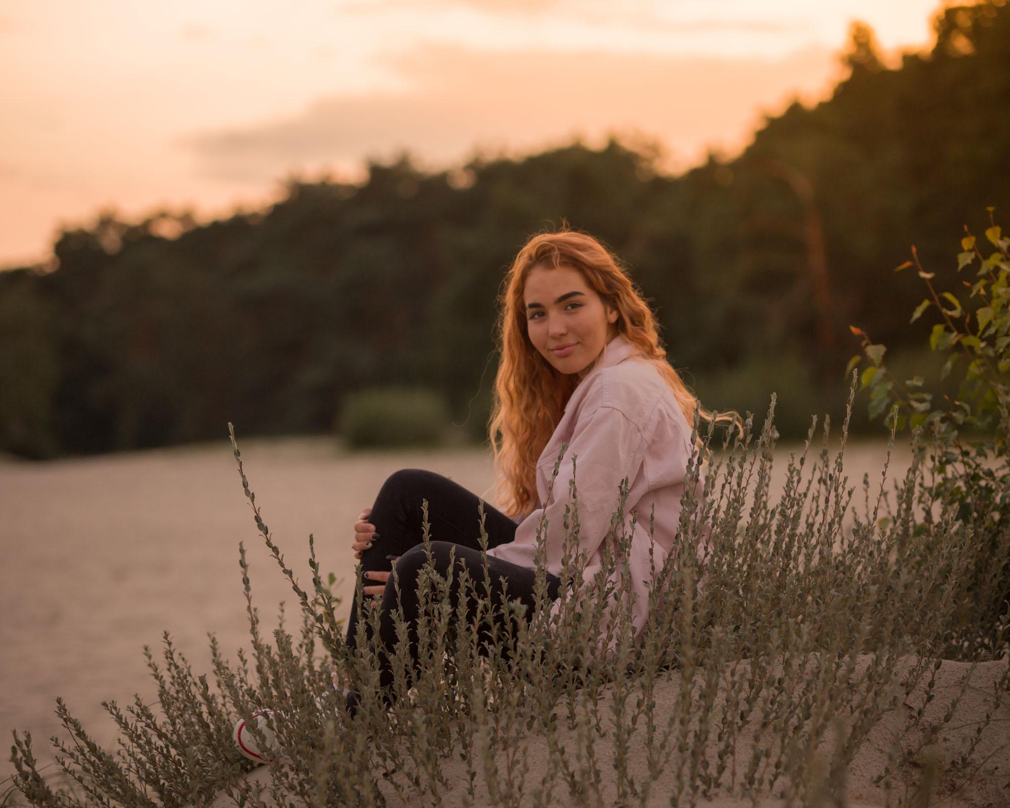 portret van zittend meisje in golden hour bij de soesterduinen door mayrafotografie