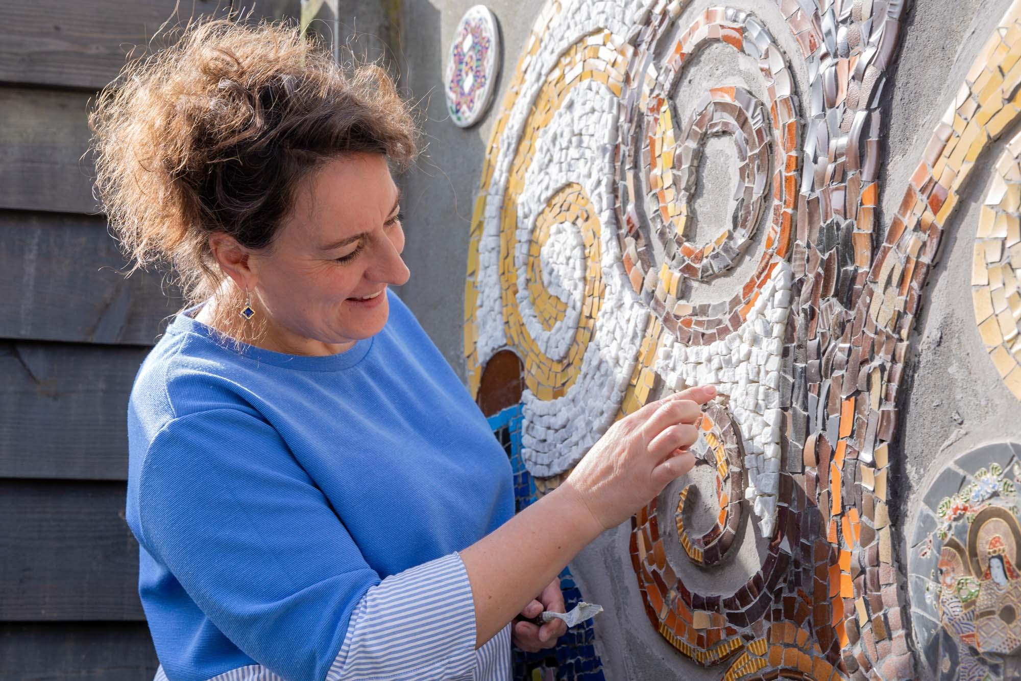 portret van mozaïek kunstenaar door mayrafotografie