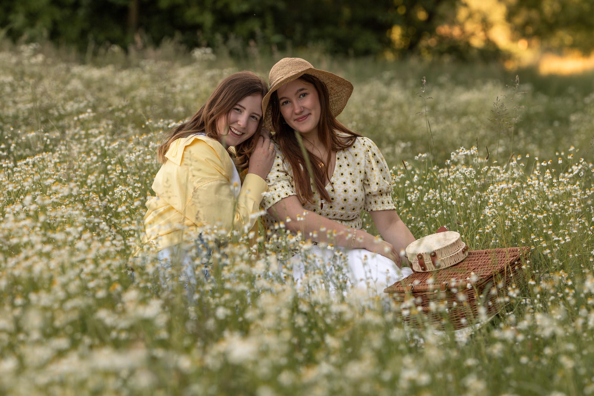 portret van tiener meisjes temidden wilde bloemen in gouden uur door Mayra Fotografie