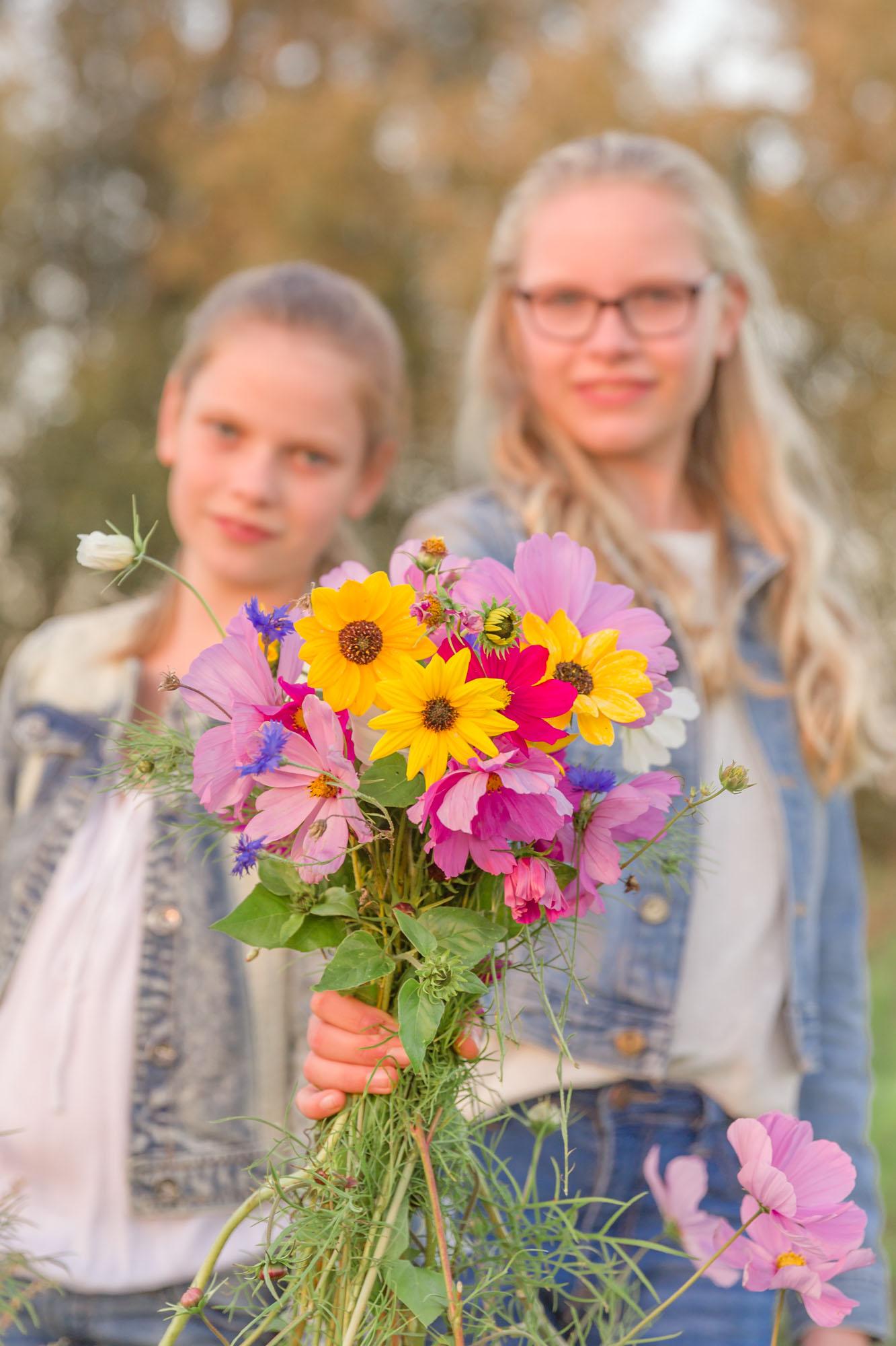 portret van 2 zusjes met bermbloemen door mayrafotografie