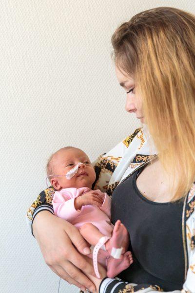 foto van moeder met prematuur baby in haar armen voor stichting earlybirds door mayrafotografie