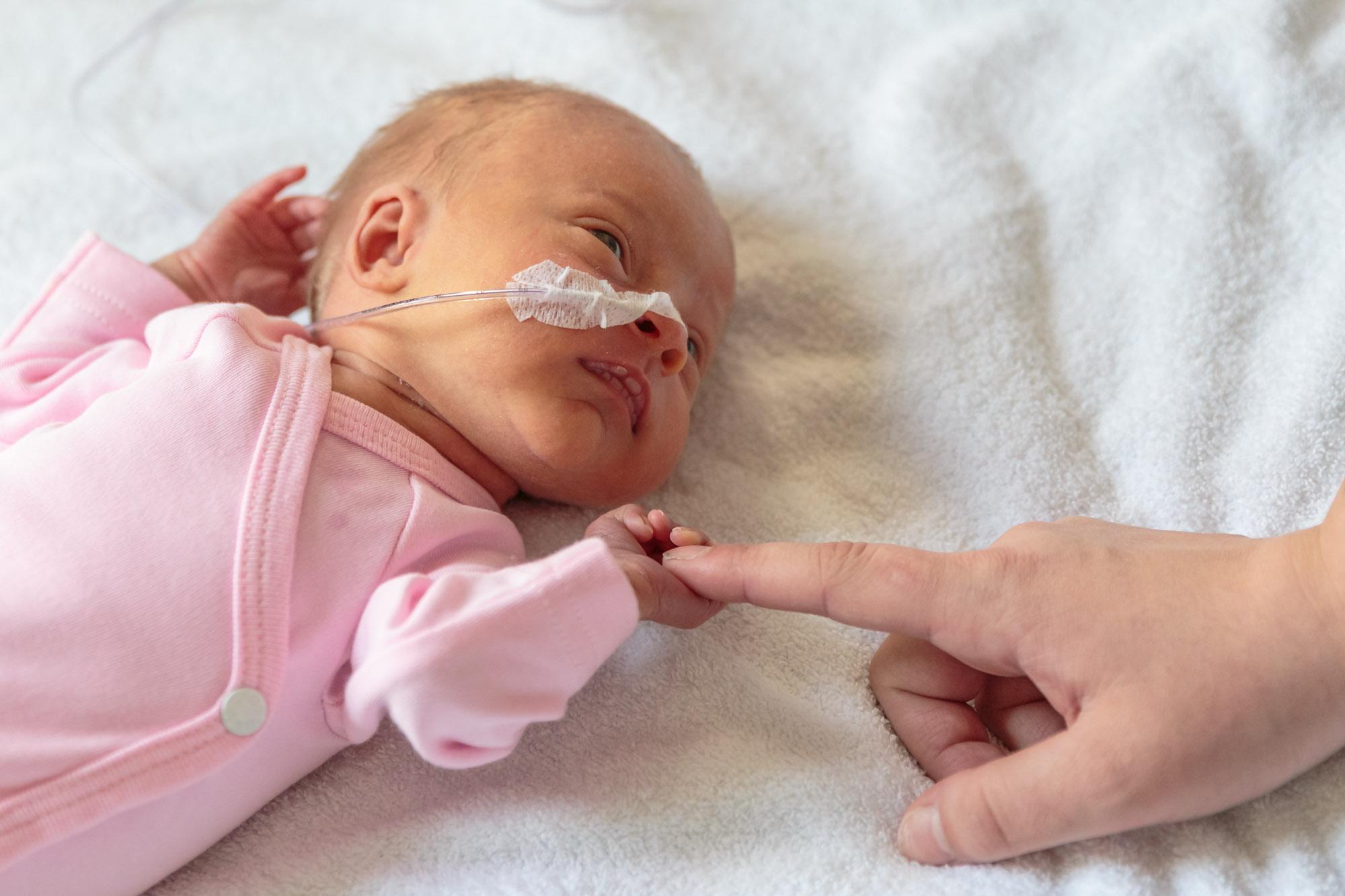 foto van moederhand bij prematuur baby met sonde voor stichting earlybirds door mayrafotografie