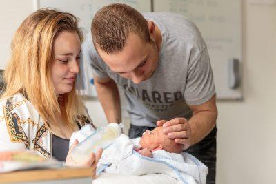 foto van ouders die prematuur baby fles geven voor stichting earlybirds door mayrafotografie