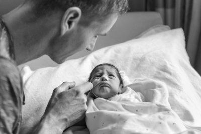 zwart-wit foto van vader en prematuur baby voor stichting earlybirds door mayrafotografie