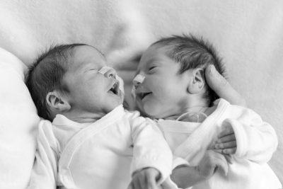 zwart-wit foto van premature tweeling baby's voor stichting earlybirds door mayrafotografie