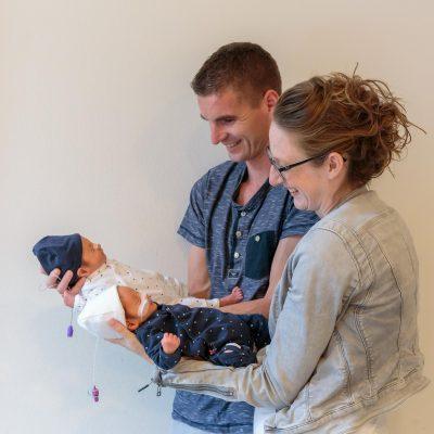 foto van blije ouders met premature tweeling baby's voor stichting earlybirds door mayrafotografie