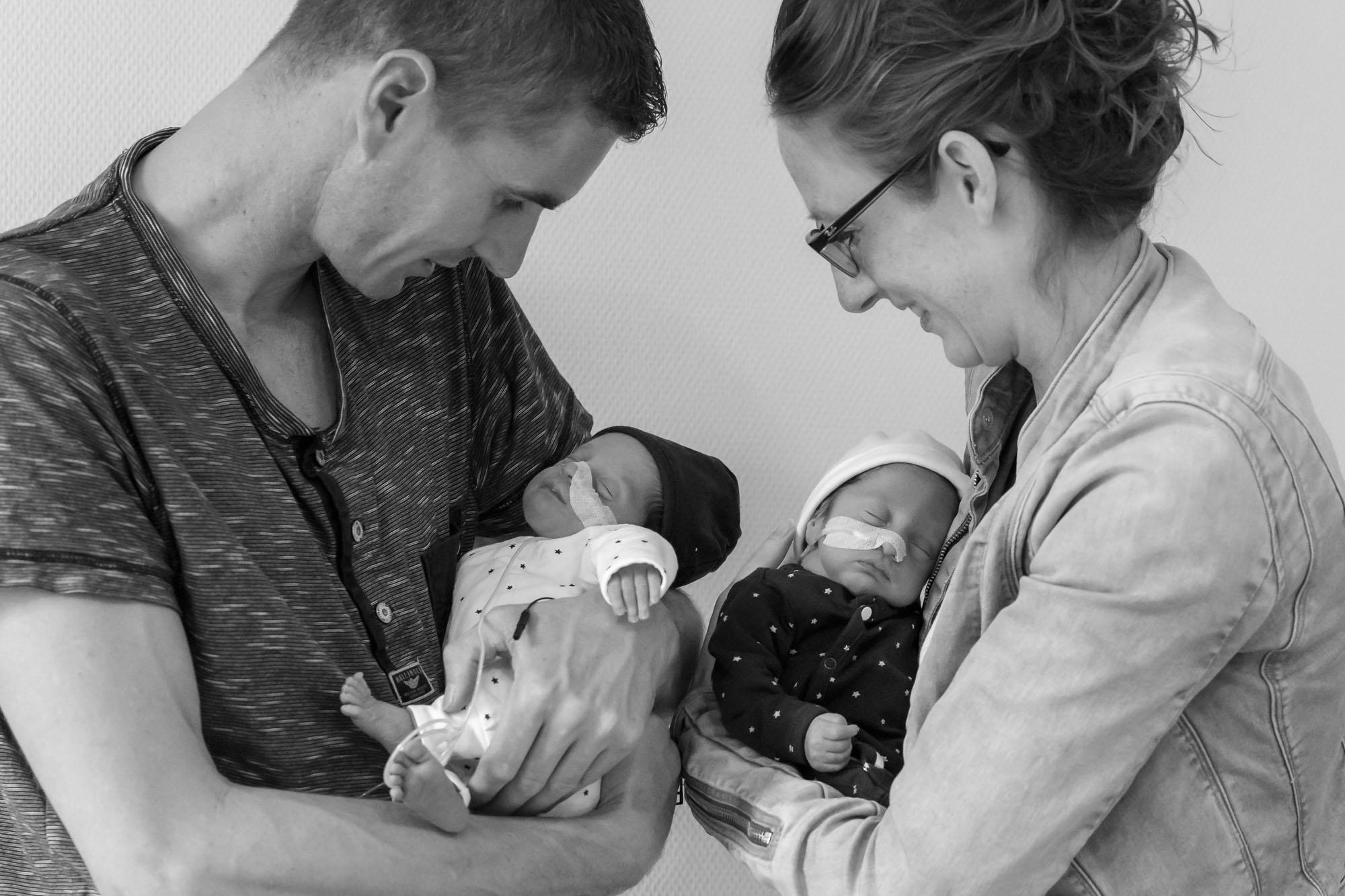 foto van ouders met premature tweeling baby's voor stichting earlybirds door mayrafotografie