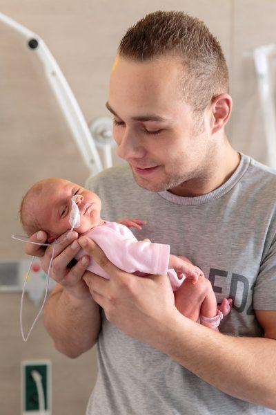 foto van lachende vader en prematuur baby voor stichting earlybirds door mayrafotografie