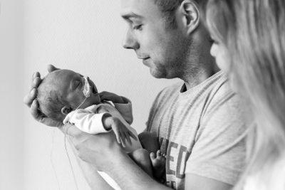 foto van vader en moeder met prematuur baby voor stichting earlybirds door mayrafotografie