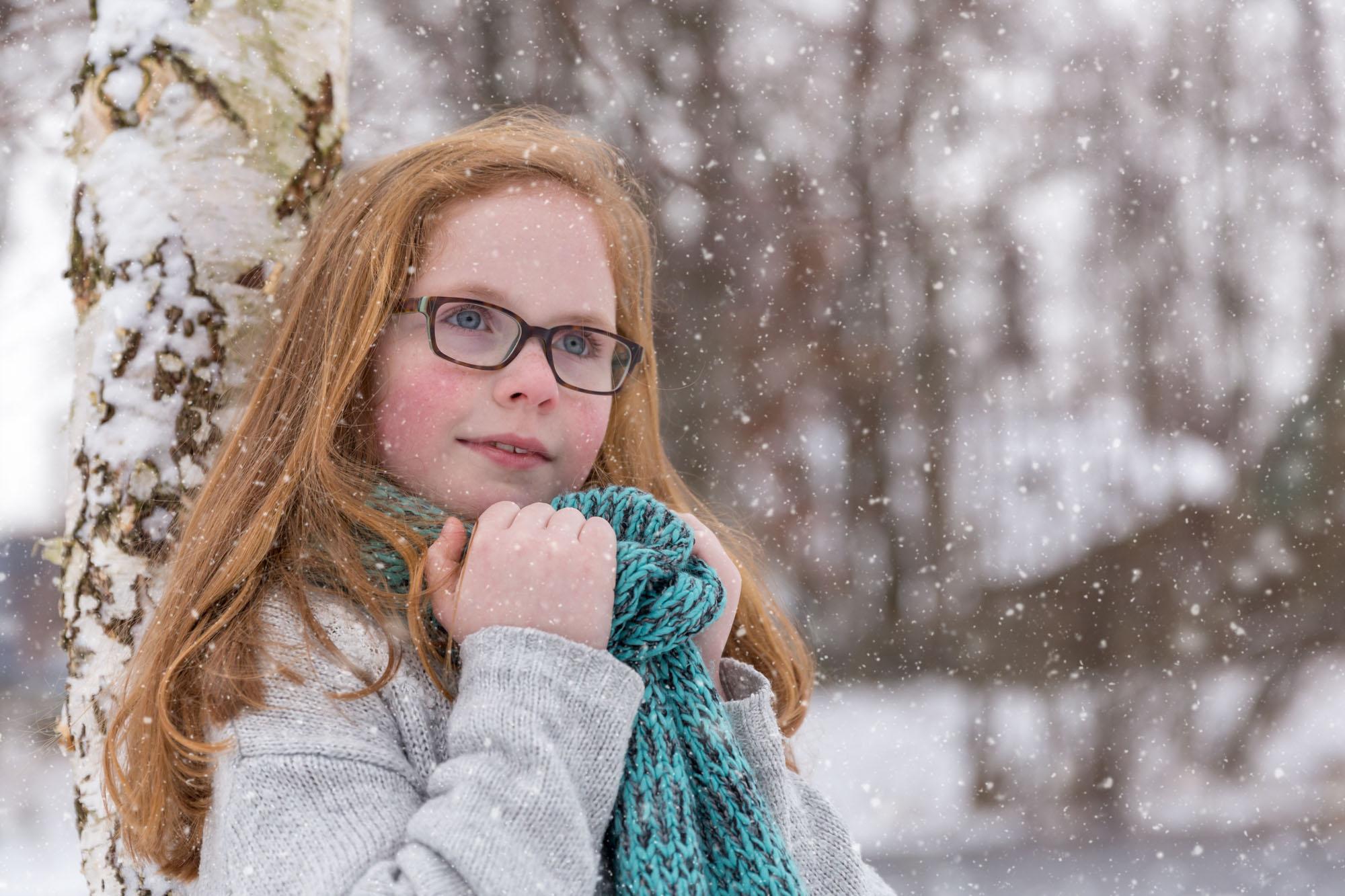 kinderportret van meisje met rood haar in de sneeuw door mayrafotografie