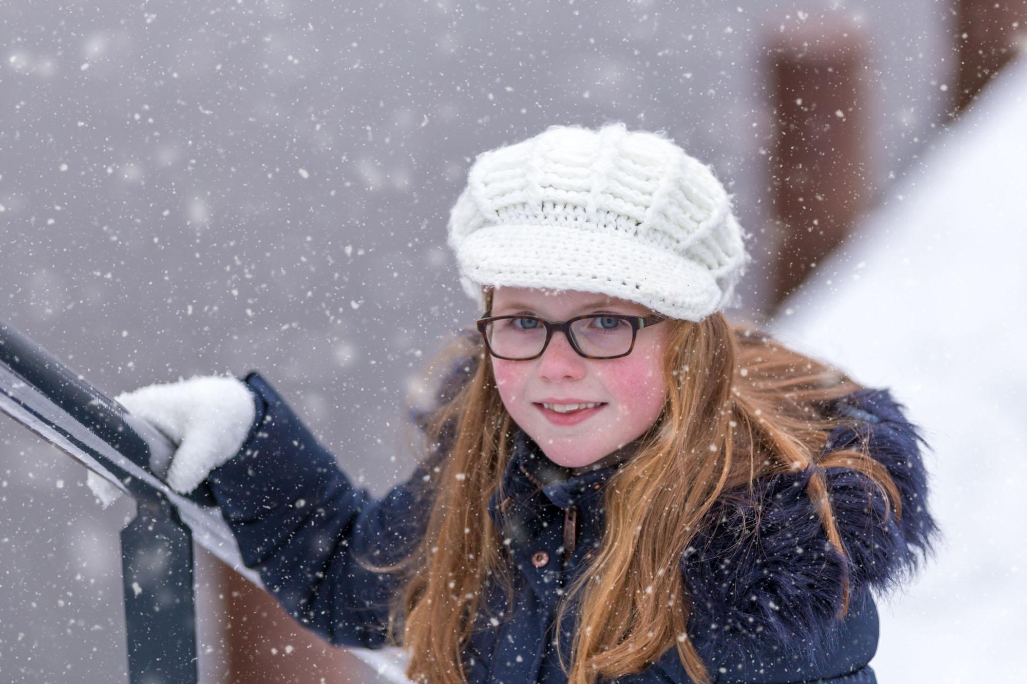 kind portret van meisje met muts in de sneeuw door mayrafotografie