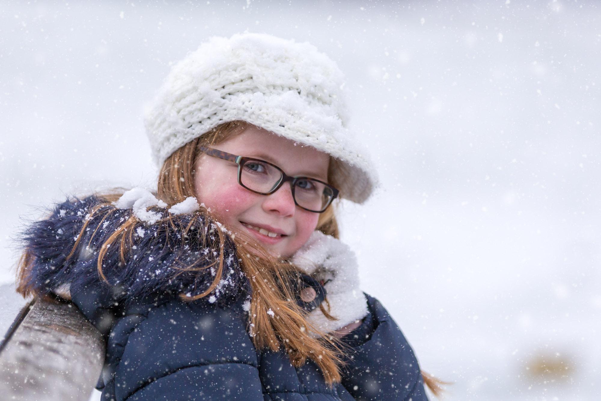 kind portret van meisje in de sneeuw door mayrafotografie
